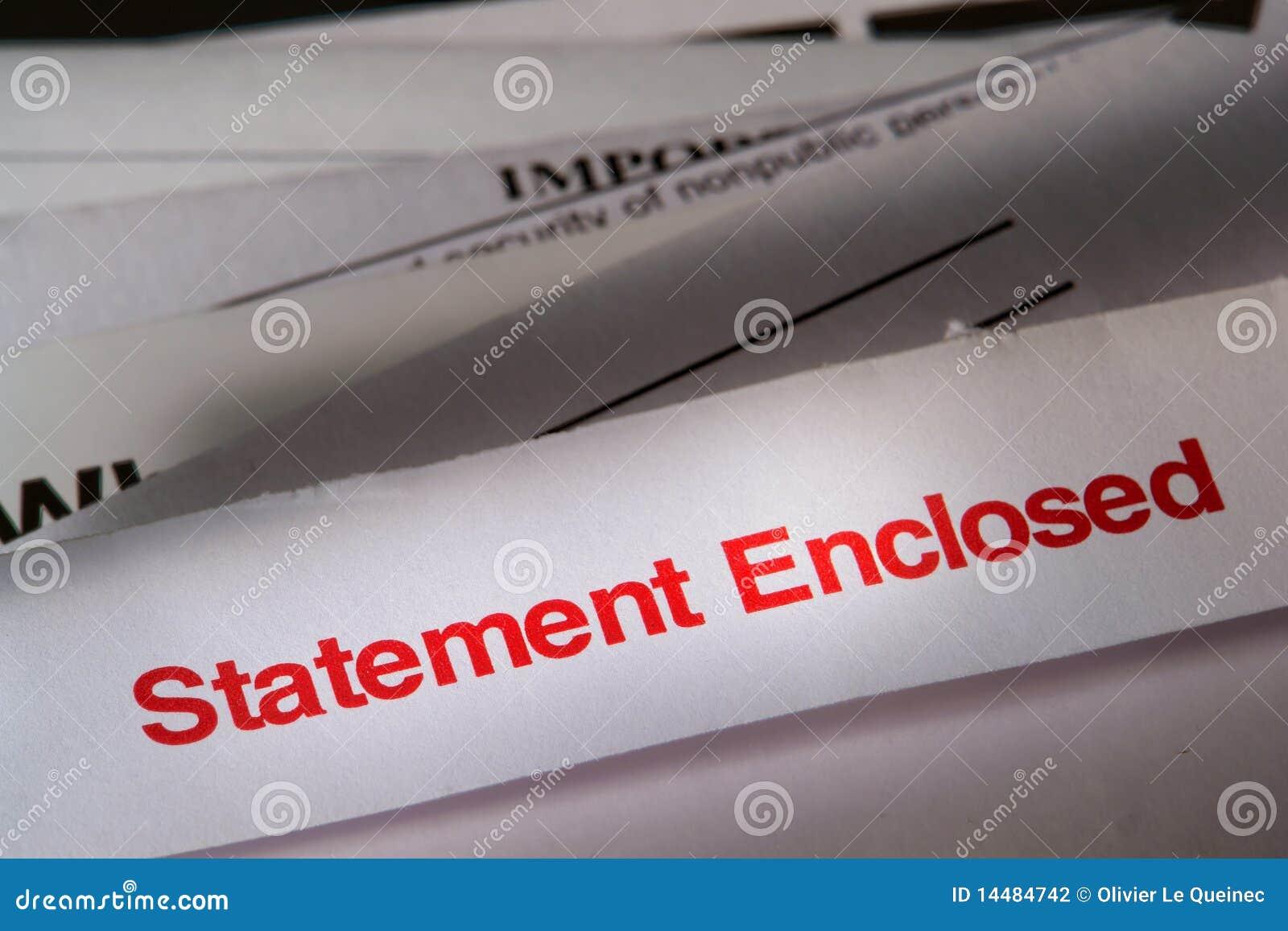Anweisung-beiliegende Post über Stapel Rechnungen