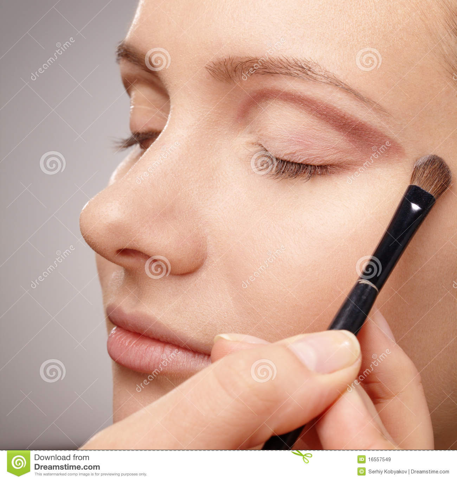 Anwenden der Augenschminke für junges Mädchen