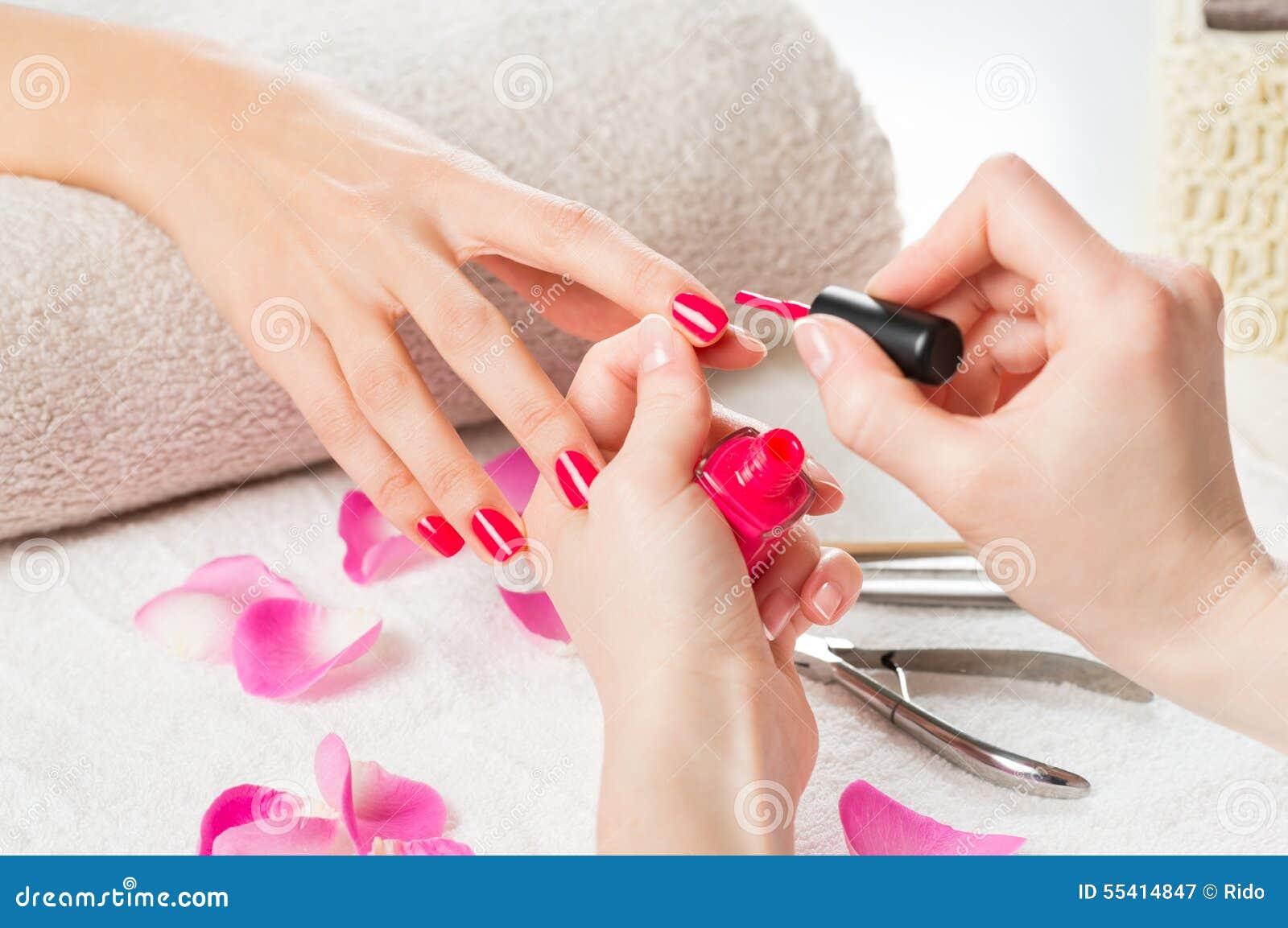 Anwenden des rosafarbenen Nagellacks