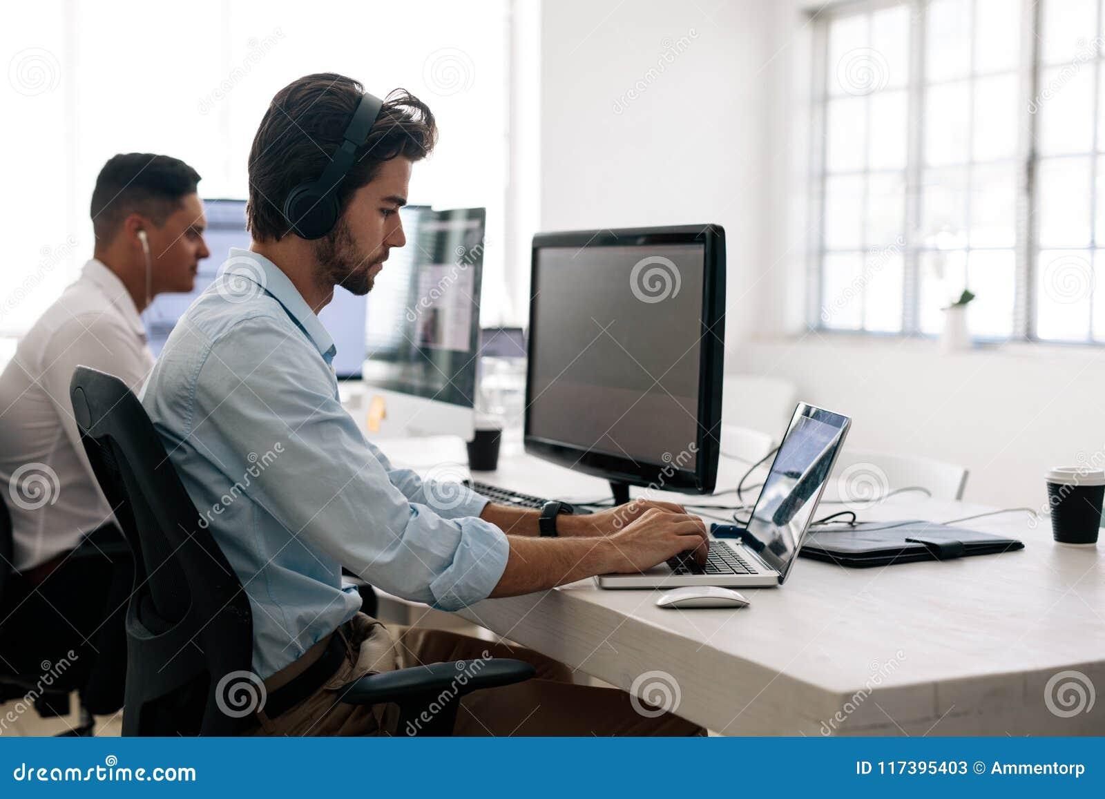 Anwendungsentwickler Die An Computern Im Buro Arbeiten Stockbild