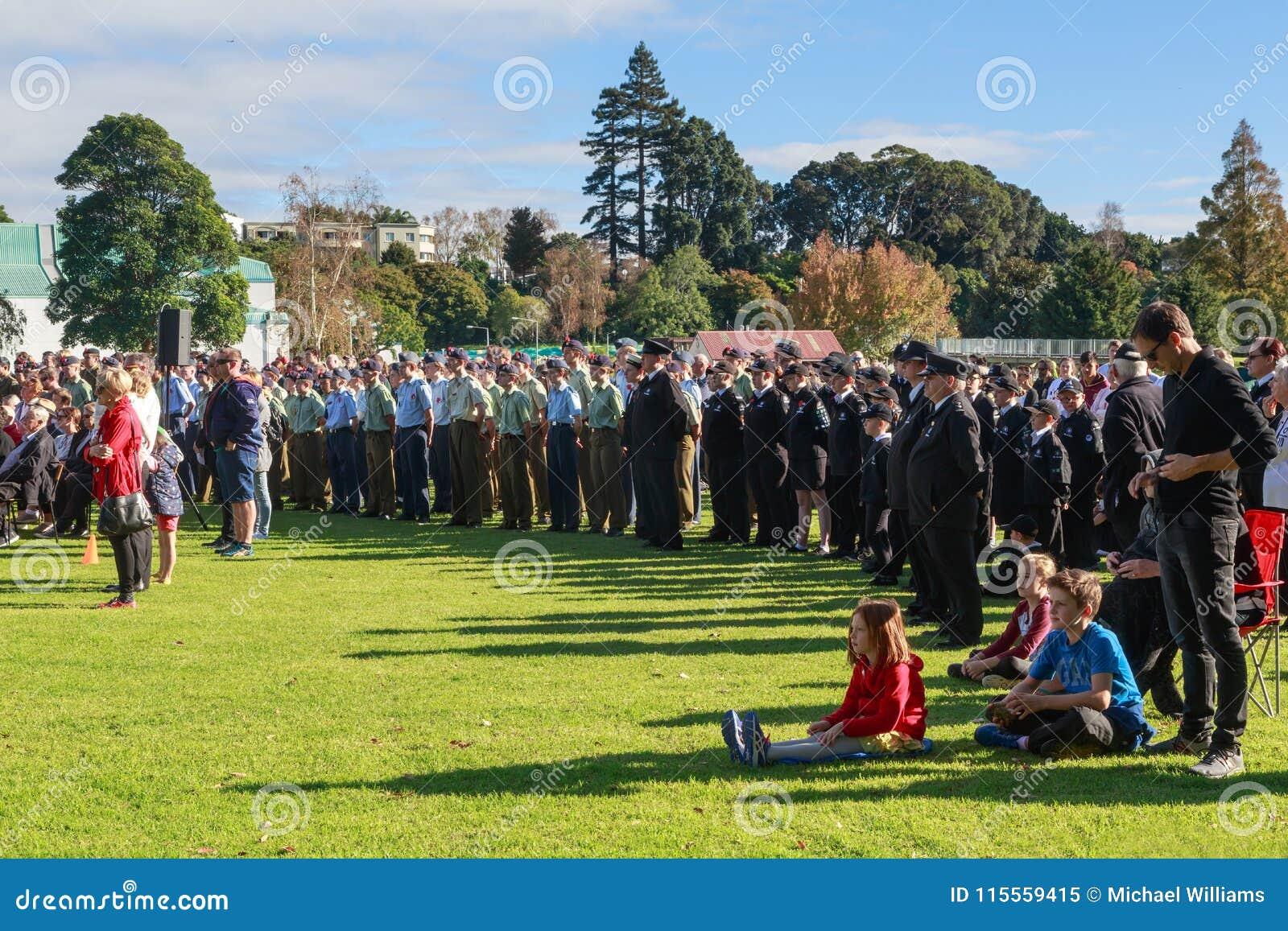 Anzac Day 2018, Tauranga, NZ: Folkmassa som samlas för ceremoni på Memorial Park