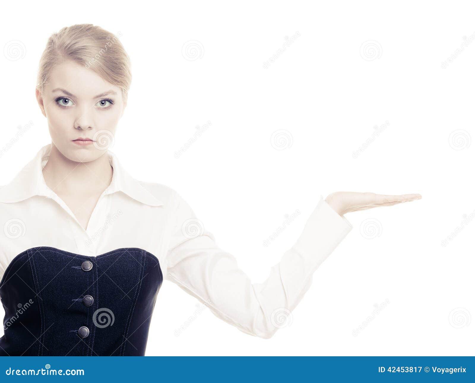 Anzeige Geschäftsfrau, die leeren Kopienraum zeigt