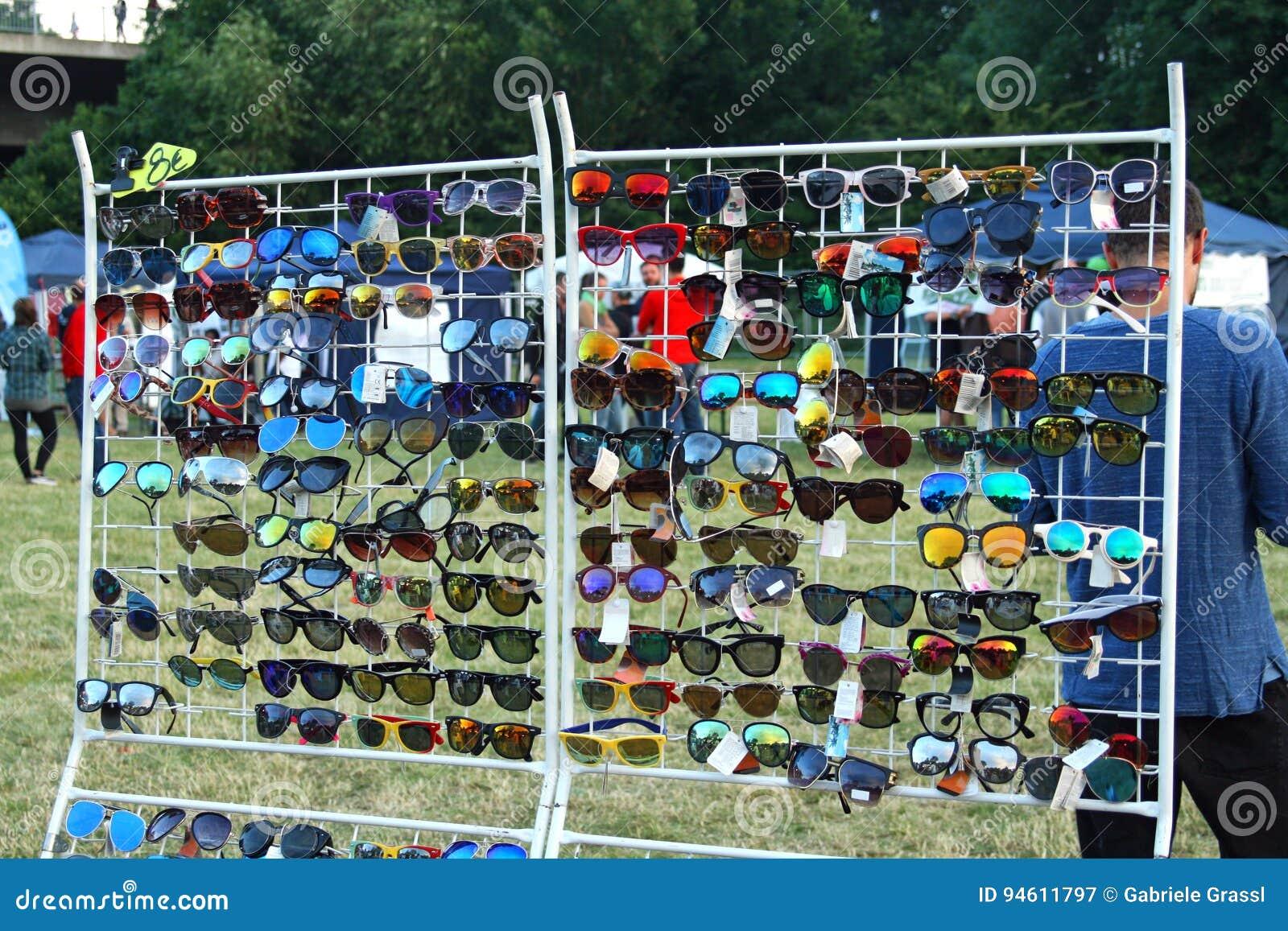 Anzeige mit Sonnenbrille an einem Offen-Luftmarkt