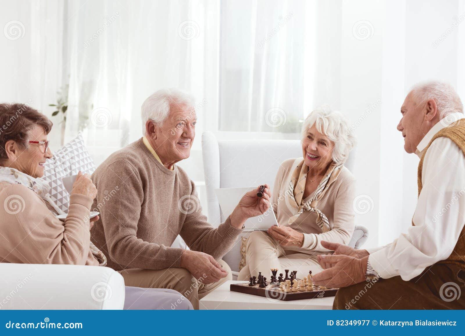 Anziani che giocano scacchi