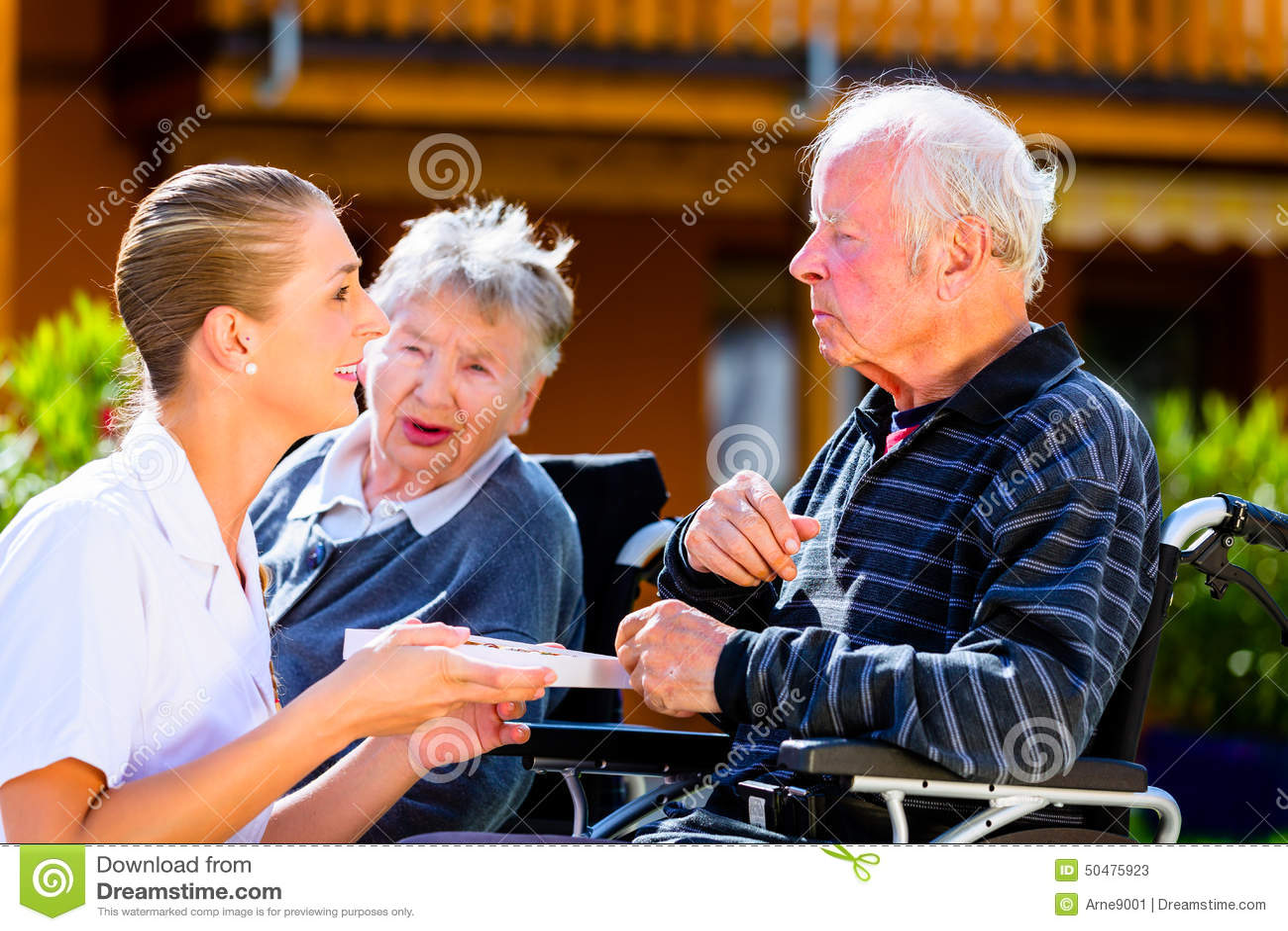 Anziani Che Mangiano Caramella In Giardino Della Casa Di