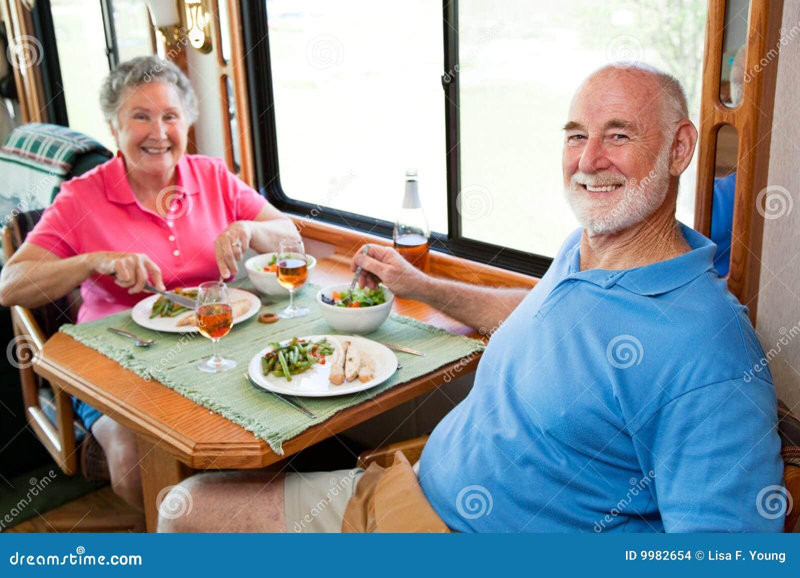 Pranzo Per Marito : Anziani di rv pranzo per due fotografia stock immagine di