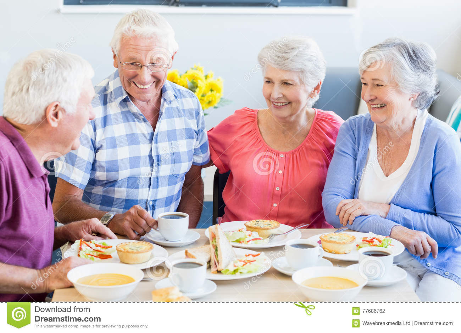 Anziani pranzando insieme