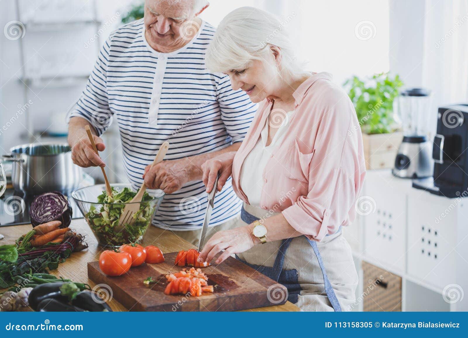 Anziani sull officina culinaria