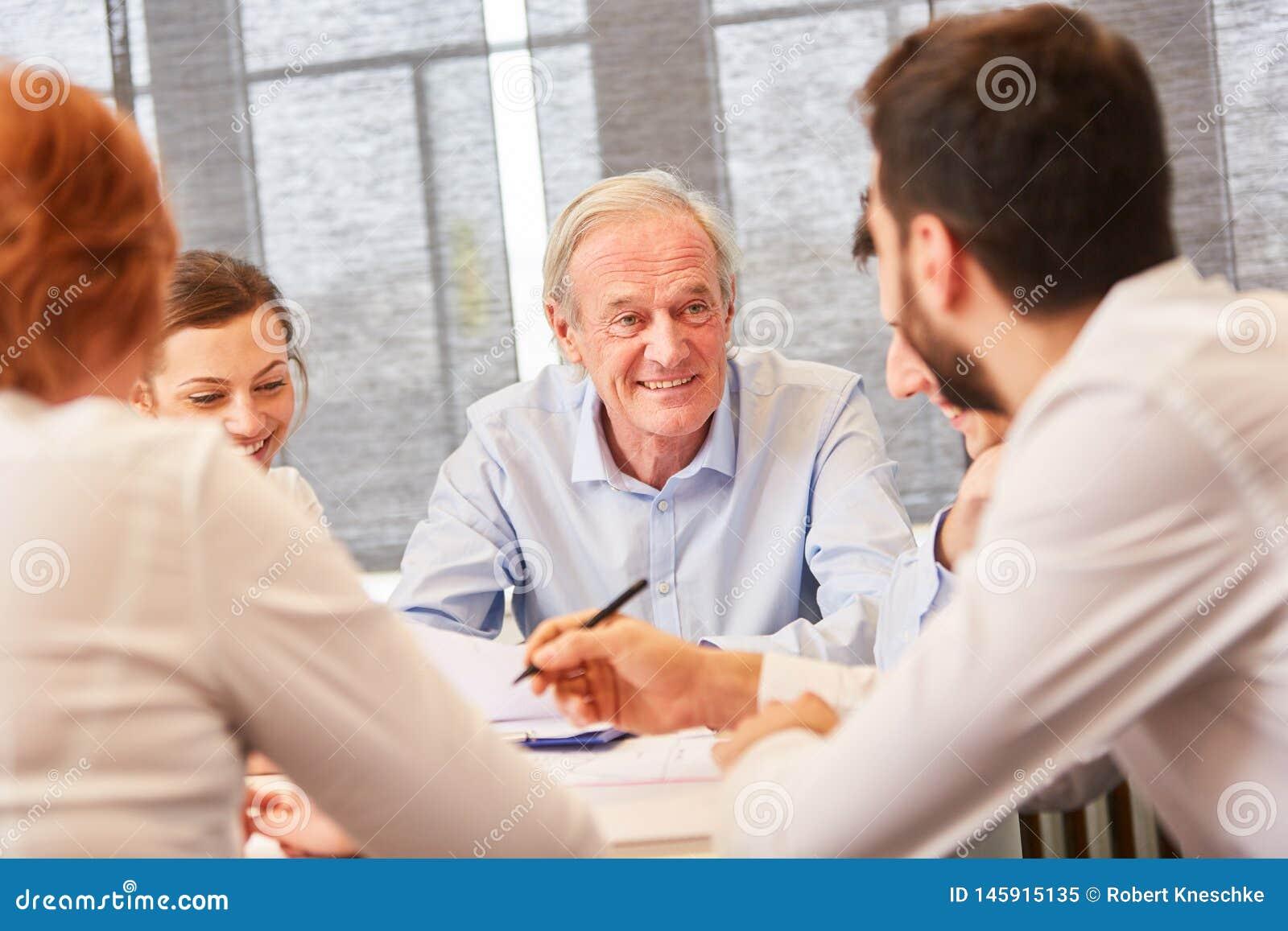 Anziano come il consulente ed imprenditore