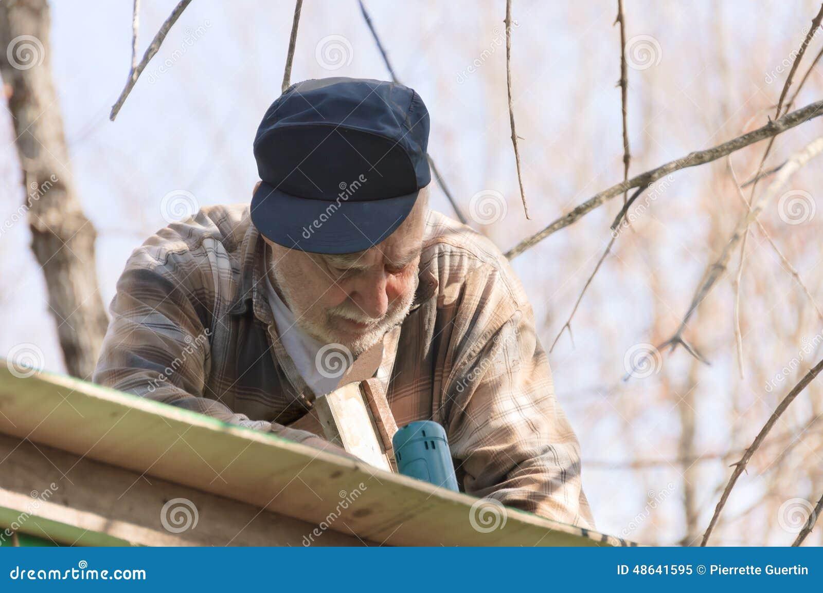 Anziano in una scala che incornicia il tetto