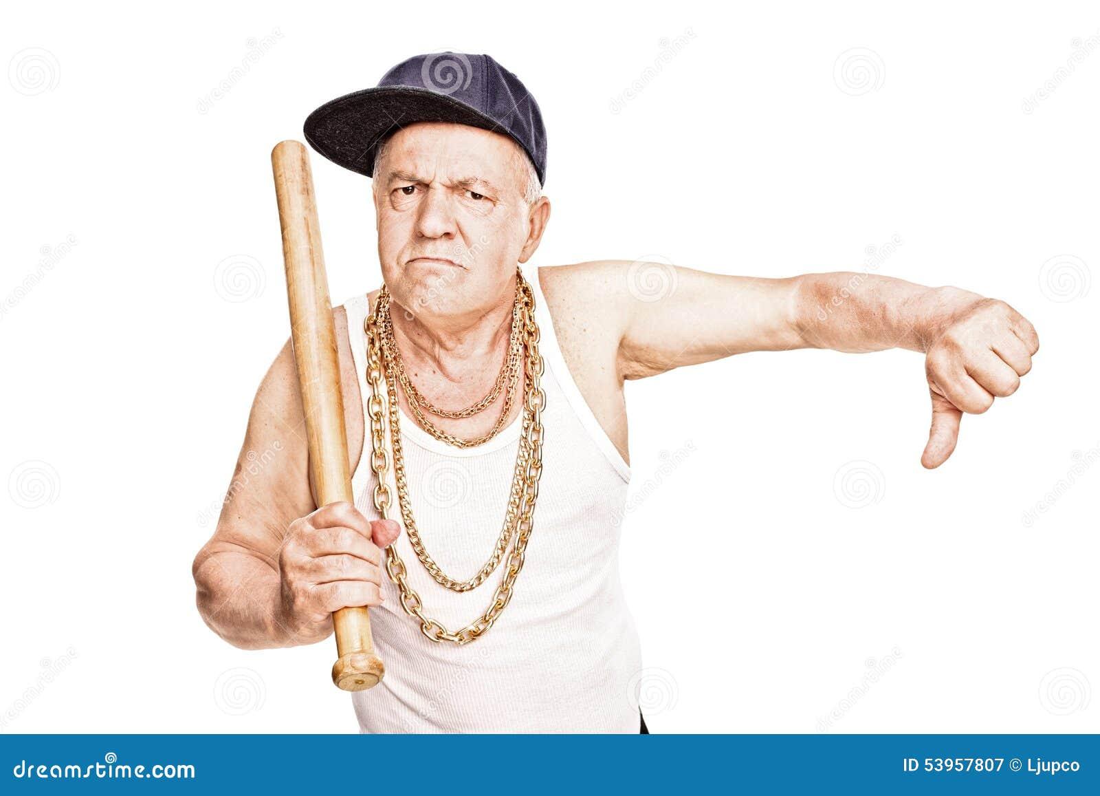 Anziano violento con la mazza da baseball che dà un pollice giù