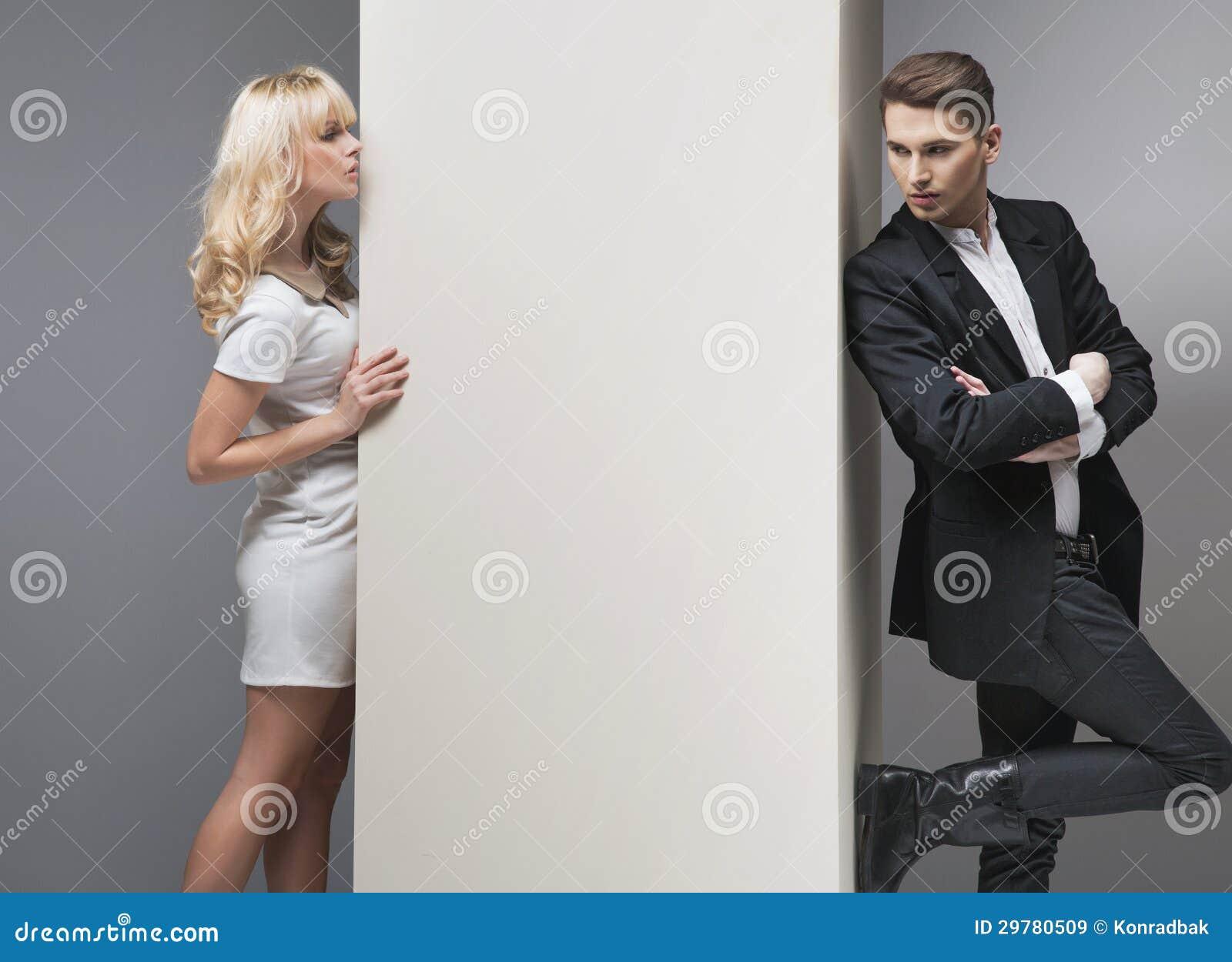 Anziehende blonde Frau, die versucht, ihren Freund zu fangen