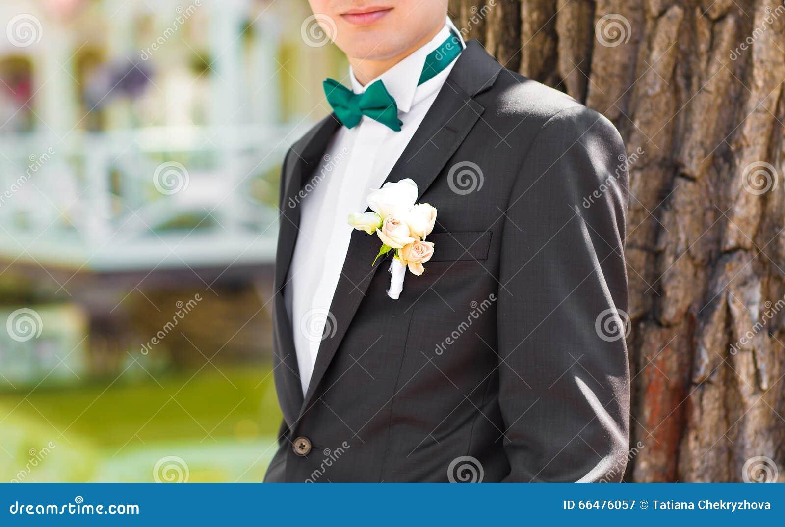 Anzug des Bräutigams mit Fliege und Boutonniere
