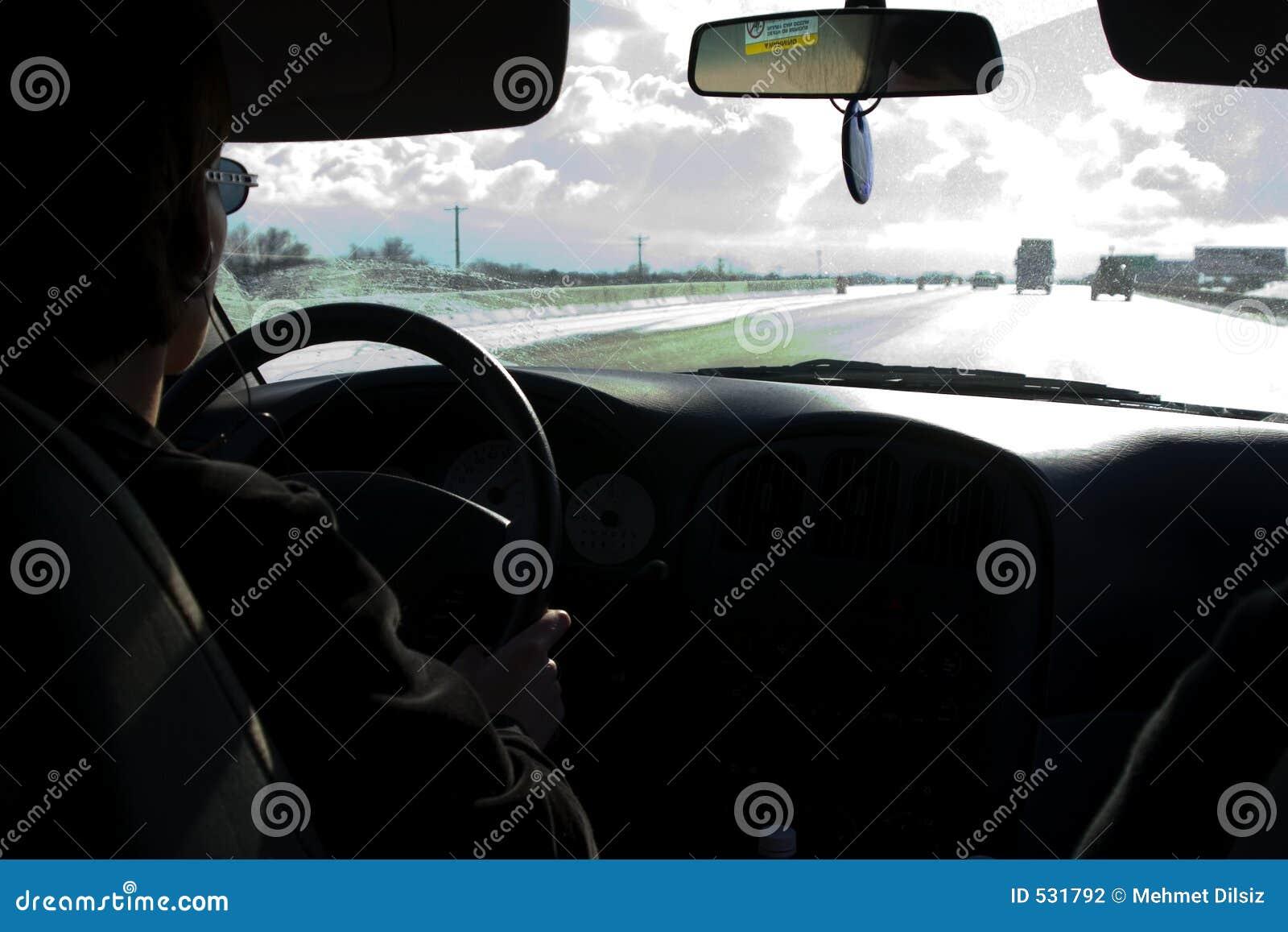 Ao conduzir tormentoso da estrada