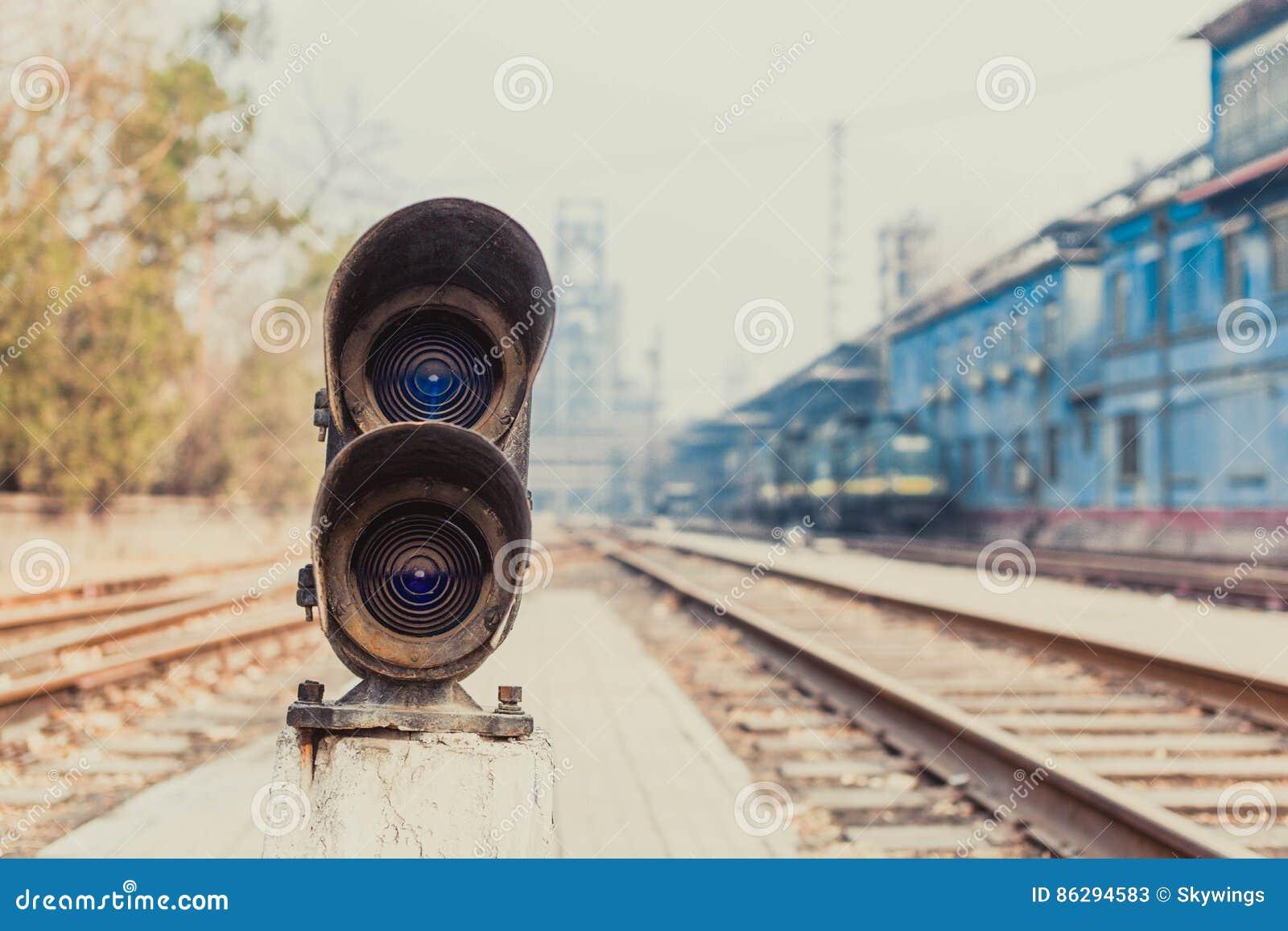 Ao lado das luzes da trilha de estrada de ferro