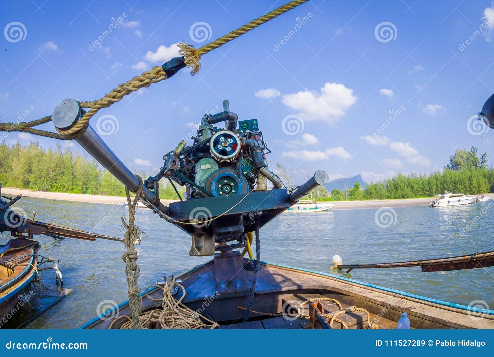 AO NANG TAJLANDIA, LUTY, - 09, 2018: Zamyka up motorowa łódź nad długiego ogonu łodzią z zamazanym natury tłem