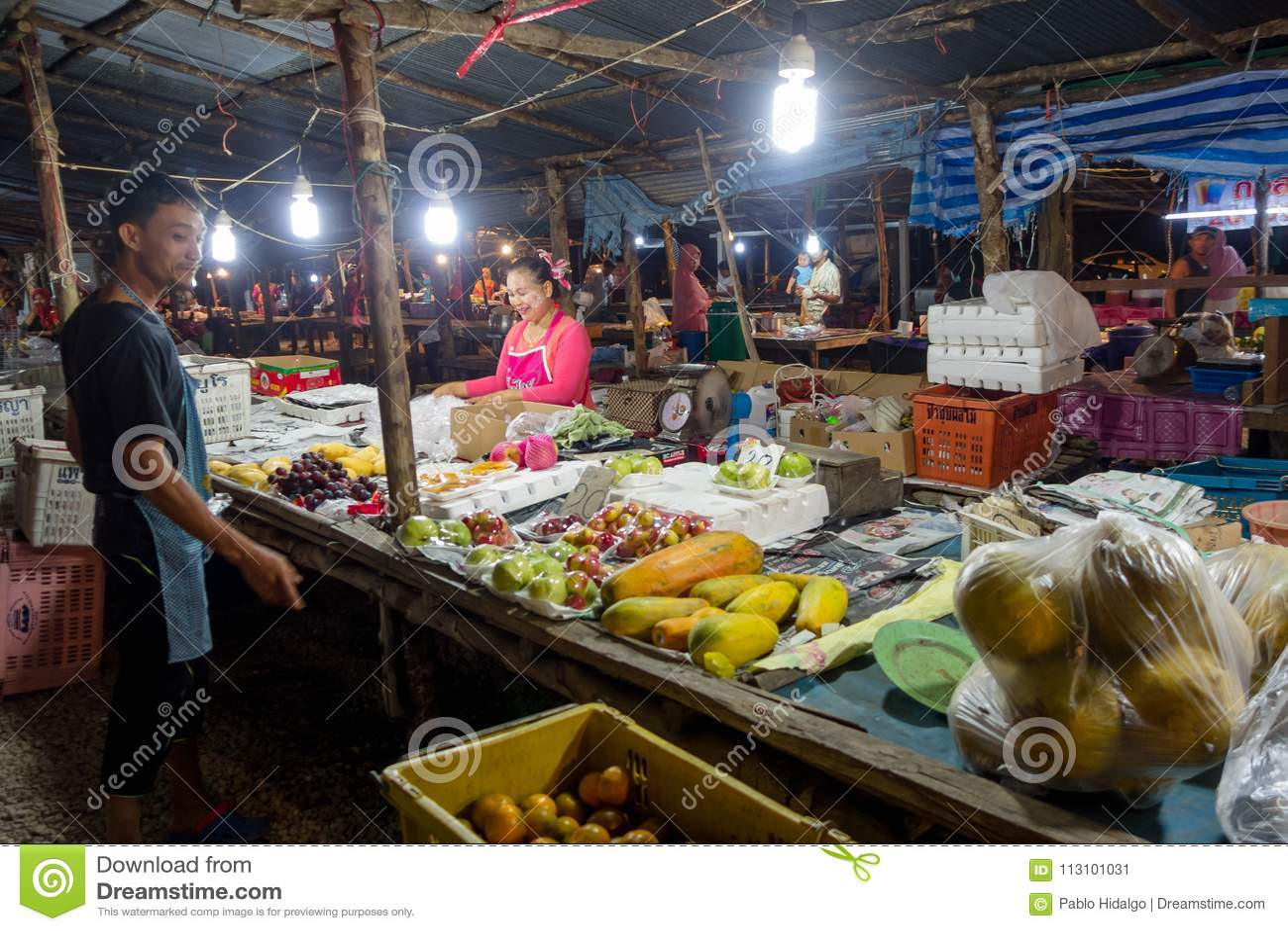 AO NANG, THAILAND - MAART, 23, 2018: De openluchtmening van niet geïdentificeerde mensen in een openbaar de straatvoedsel van de
