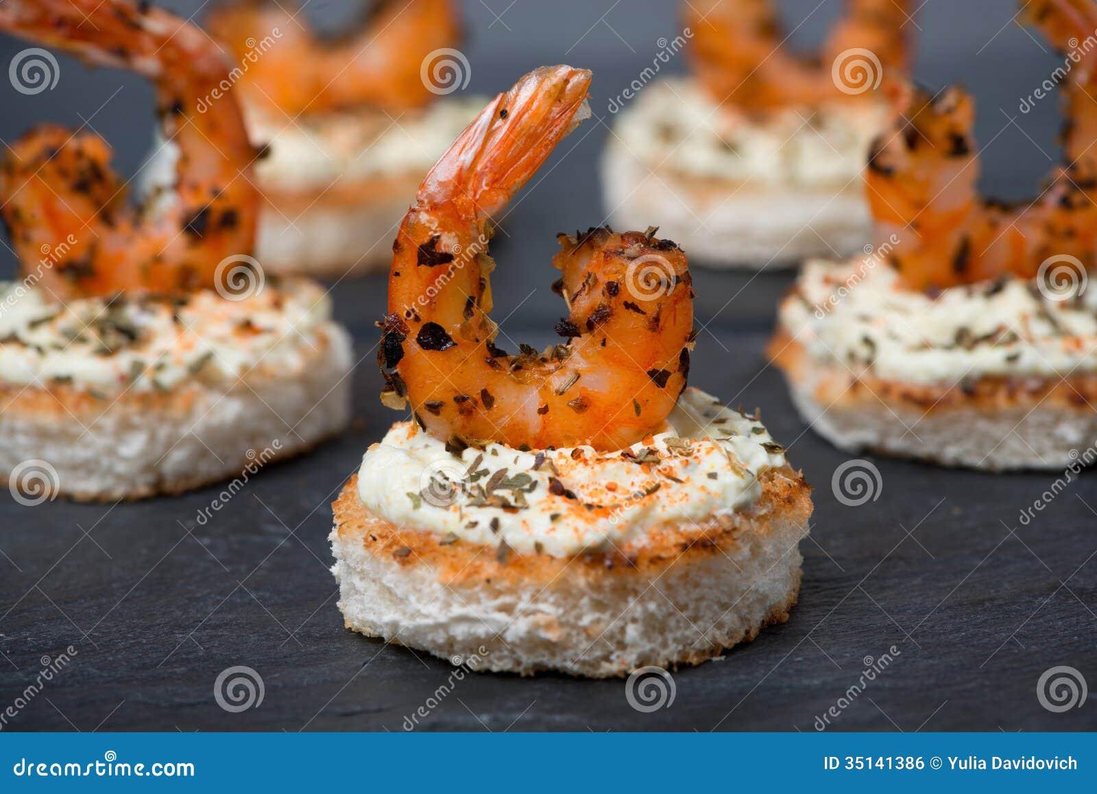 ap ritif de f te avec les crevettes pic es sur le pain grill plan rapproch image libre de. Black Bedroom Furniture Sets. Home Design Ideas