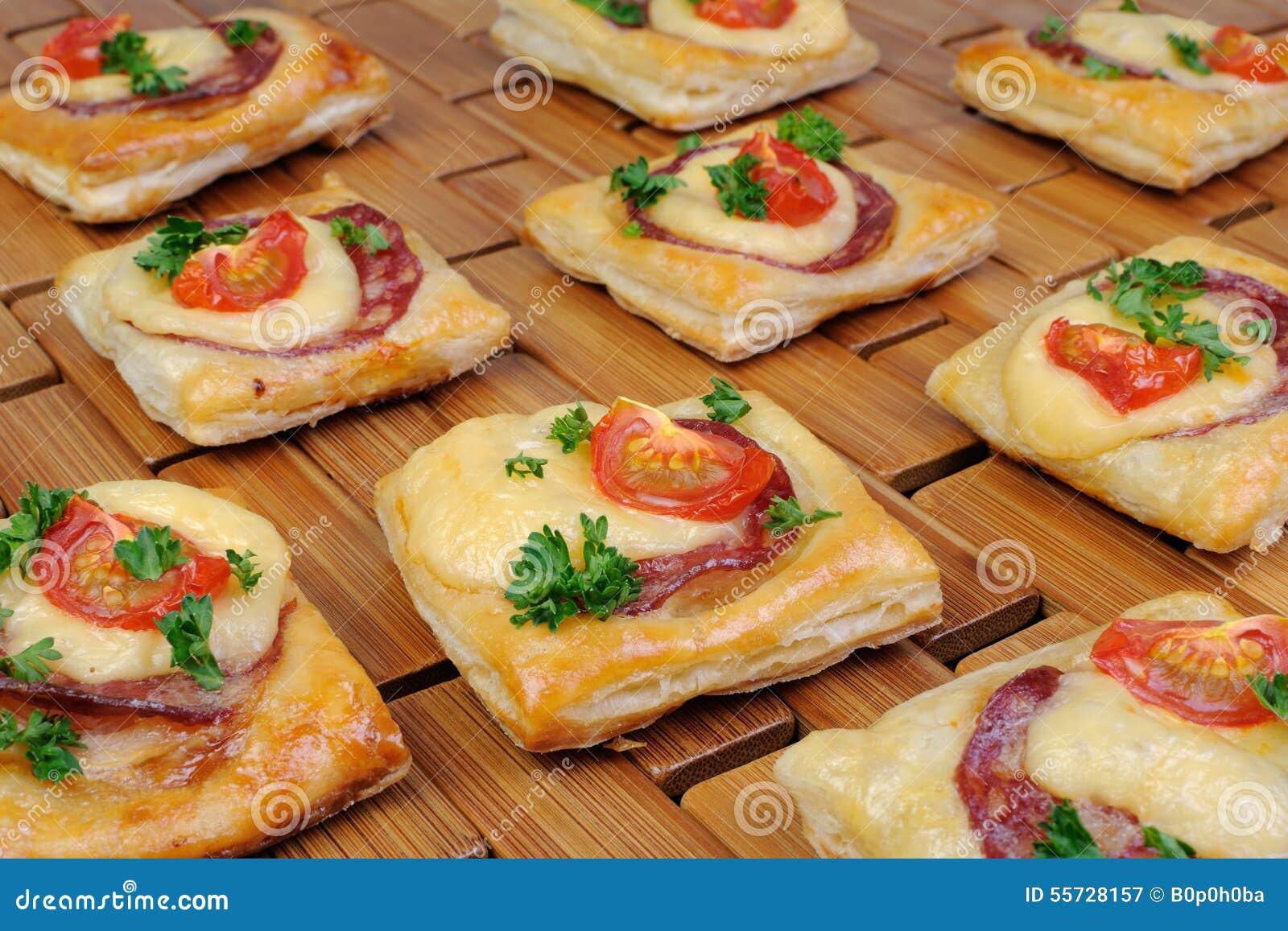 apéritif de la pâte feuilletée avec le salami image stock - image du