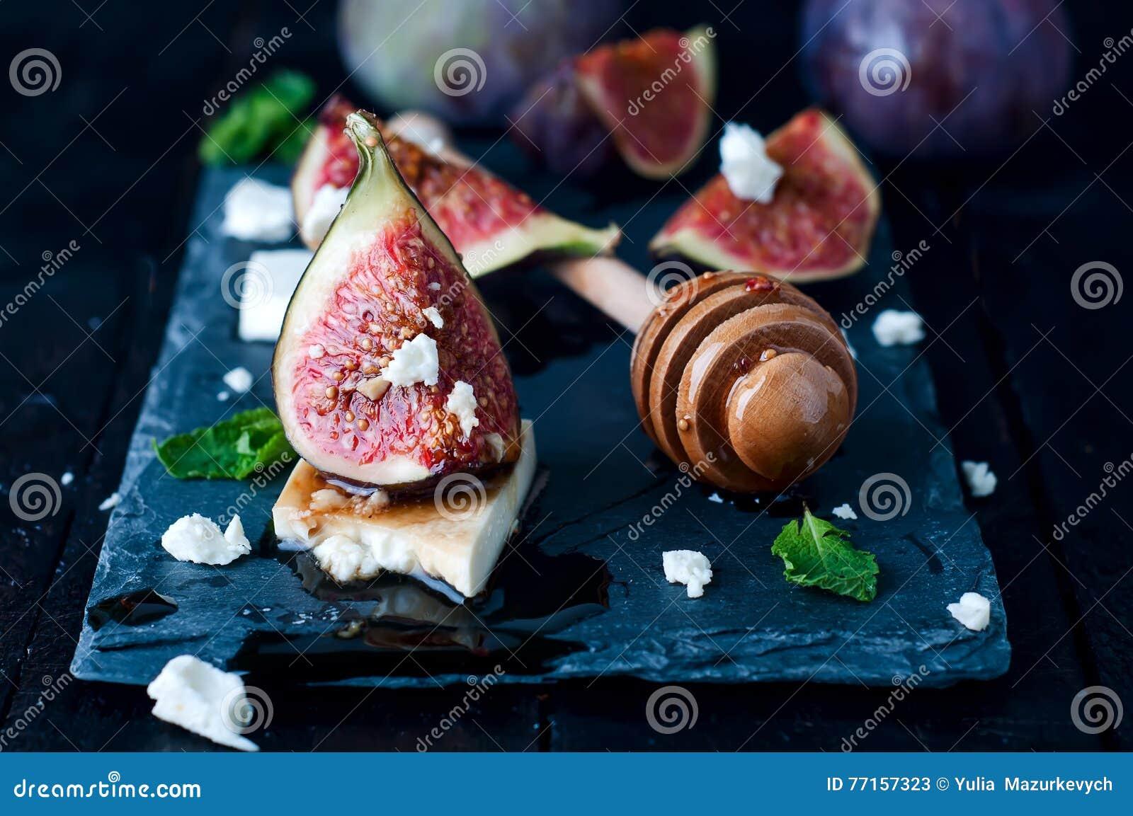 Apéritif des figues et du fromage avec du miel