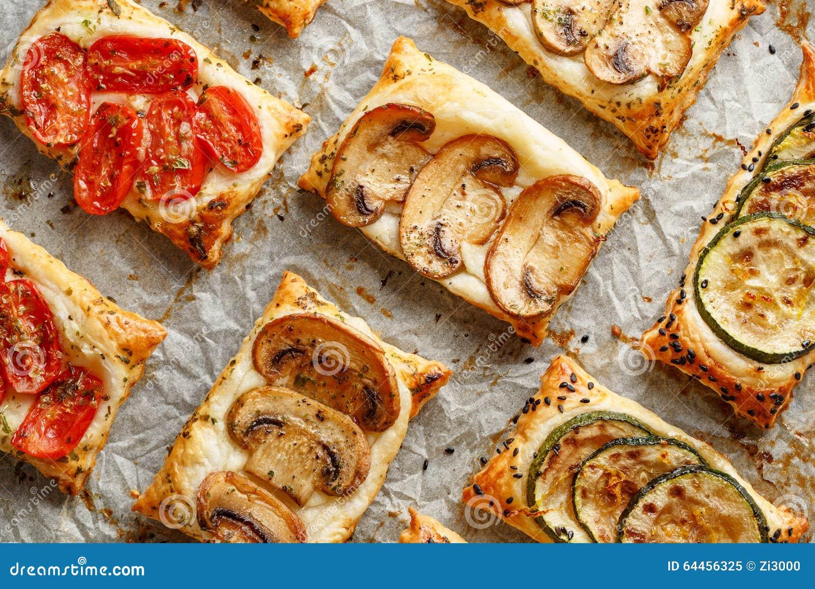 apéritifs de pâte feuilletée avec des légumes ; champignons, tomates