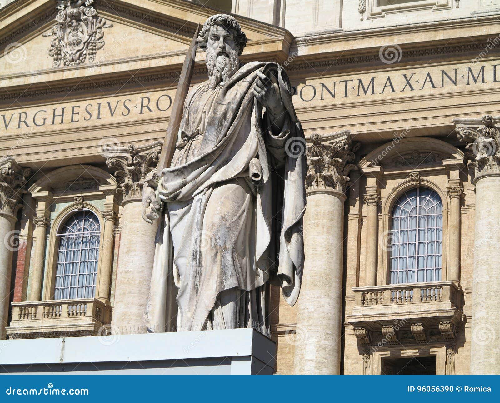 Apôtre de statue avec l épée sur la place de StPeter à Vatican