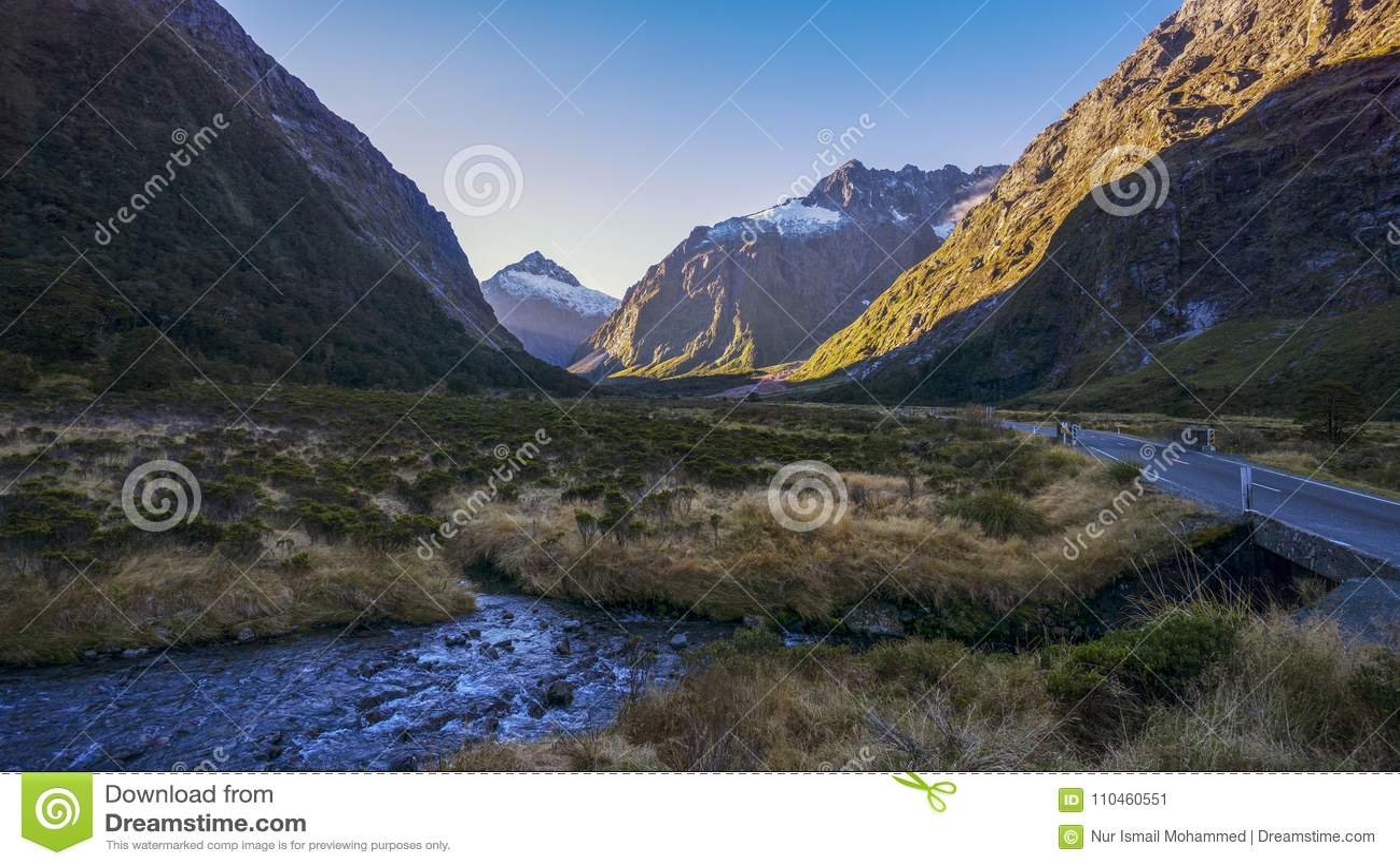 Apan Creeka glaciär-matade våren med vatten & inspirerande mounta