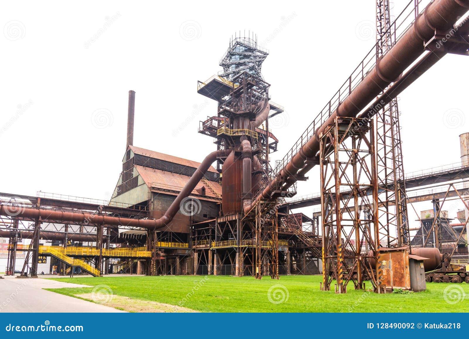 Aparafuse a torre e o alto-forno em Vitkovice em Ostrava, República Checa
