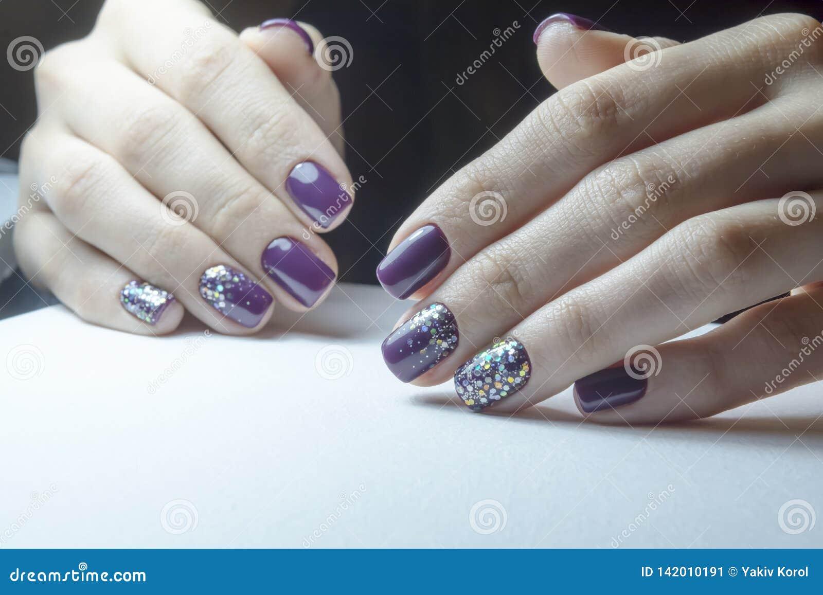 Aparata manicure, przygotowywa gwoździe dla gel połysku proces narzut