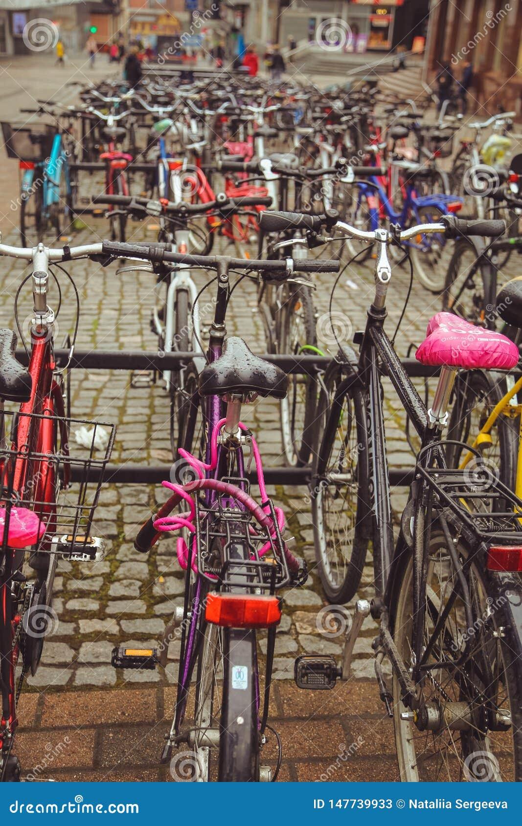 Aparcamiento de la bicicleta en la ciudad finlandesa de Jyvaskyla muchas bicicletas de diversos colores
