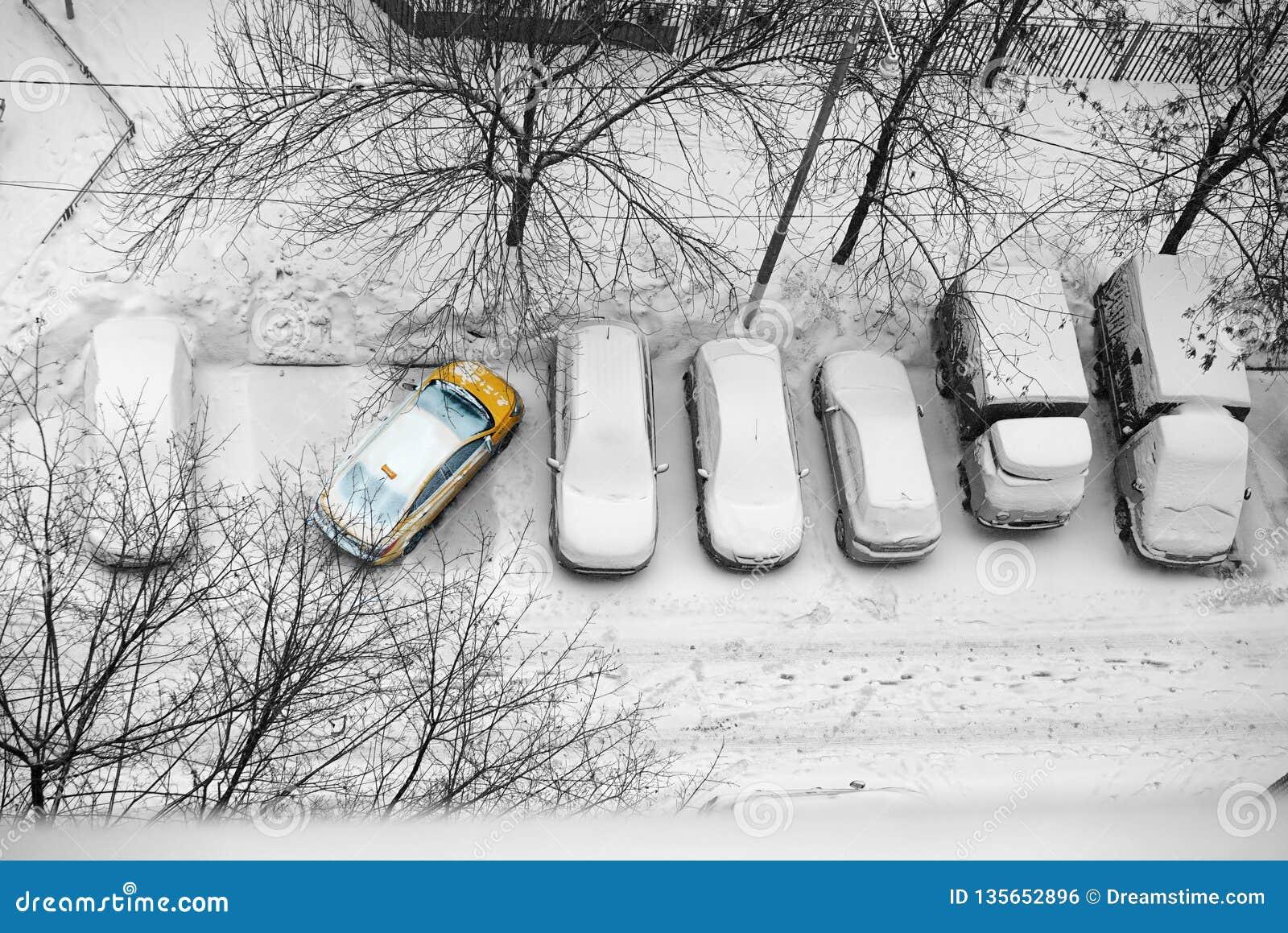 Aparcamiento incorrecto de coches en el invierno en la yarda en taxi