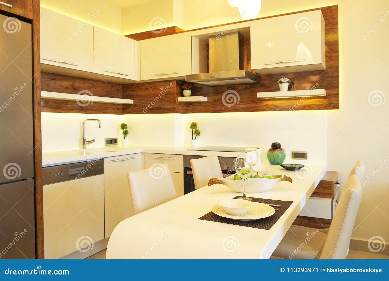 Apartamento bonito com design de interiores moderno minimalistic simples, sala de visitas de plano aberto do lado do sol da cozin