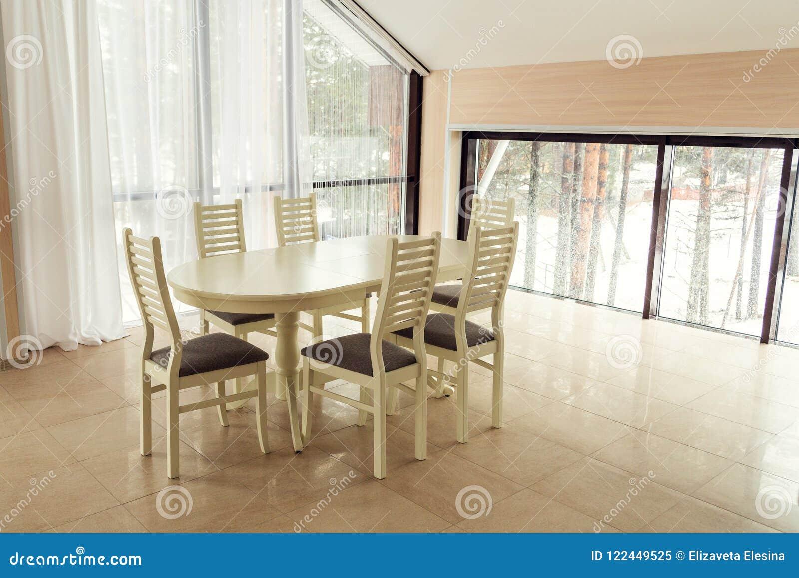 Apartamento Moderno De Las Luces Con Una Mesa De Comedor ...