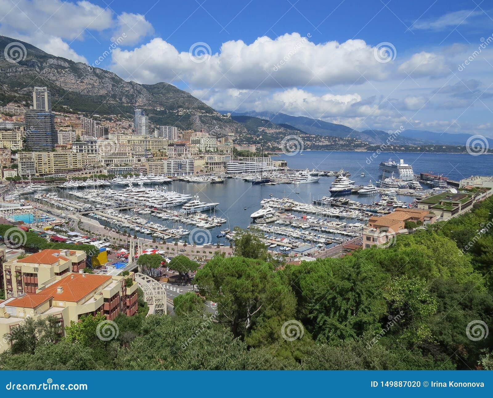 Apartamentos da vista e iate luxuosos no porto Hercule, Mônaco