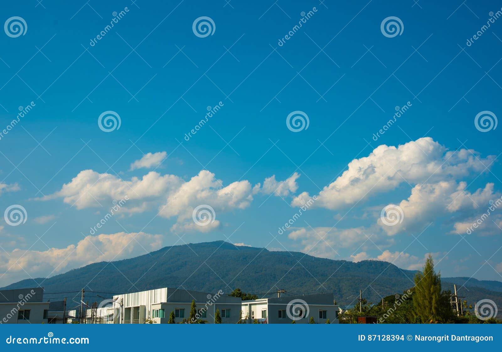 Apartamentos luxuosos & x28; condo& x29; e céu azul