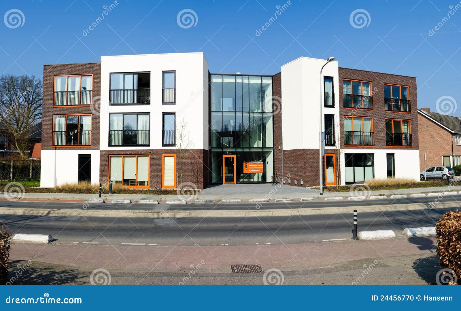 Apartamentos modernos foto de archivo imagen 24456770 for Fachadas de apartamentos modernos