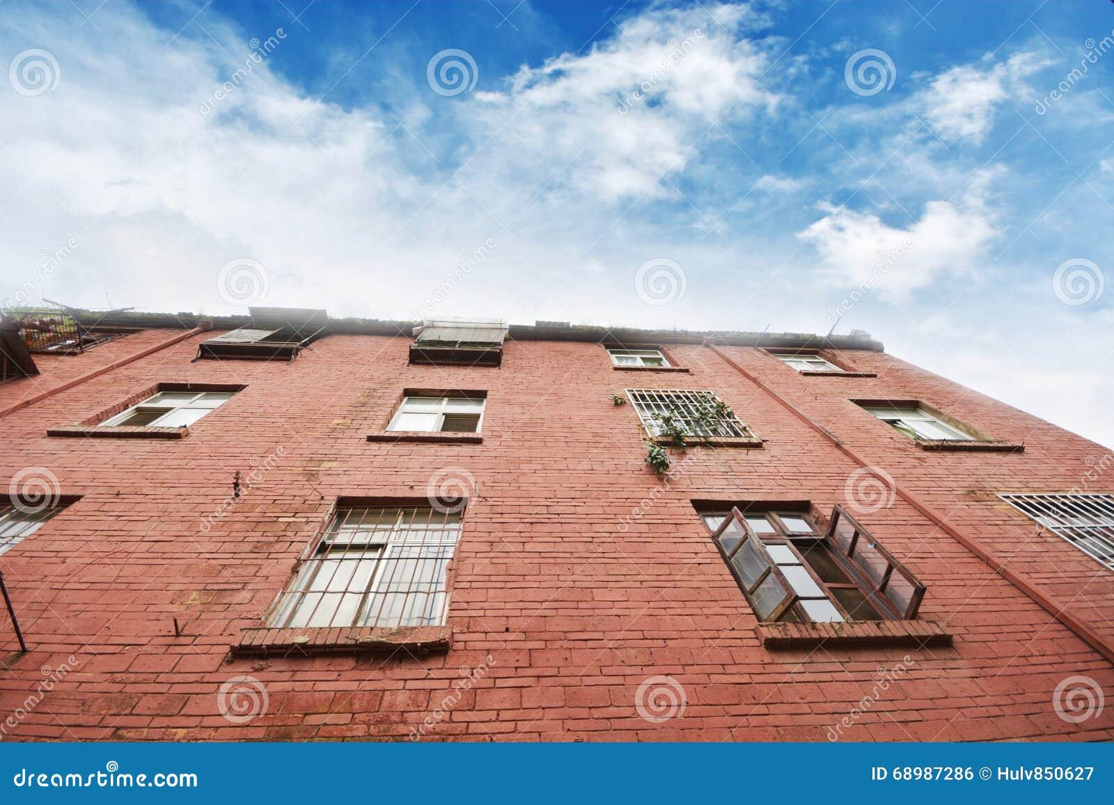 Apartamentos viejos con un cielo azul