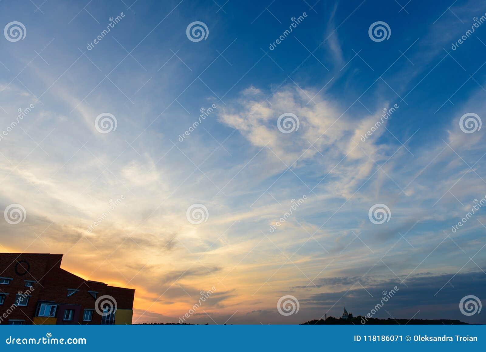 Apartamentos vivos del paisaje de ladrillo del edificio de la puesta del sol mínima urbana mínima del cielo