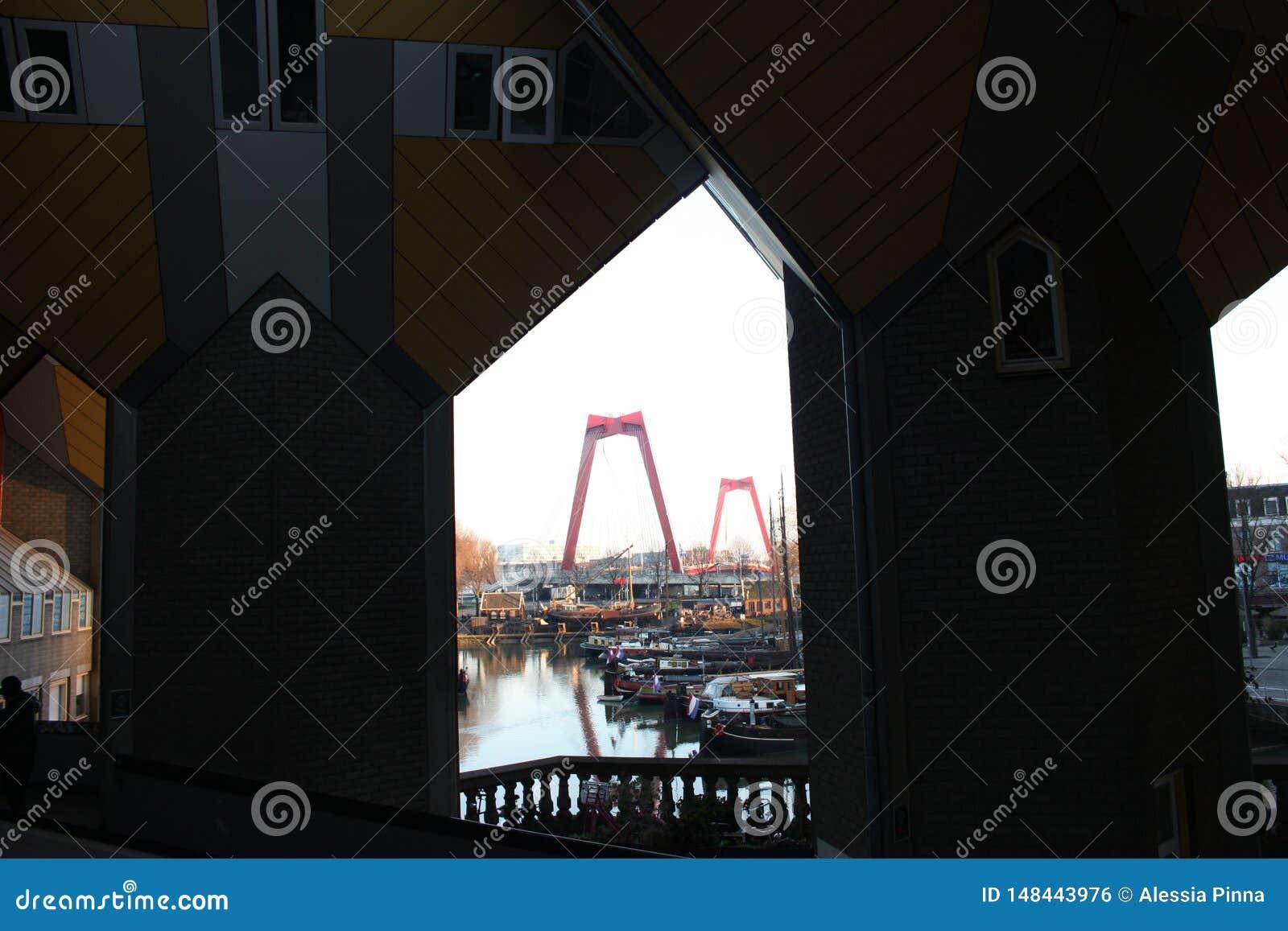 Apartamentos y oficinas dentro de las casas c?bicas de Rotterdam, ciudad metropolitana