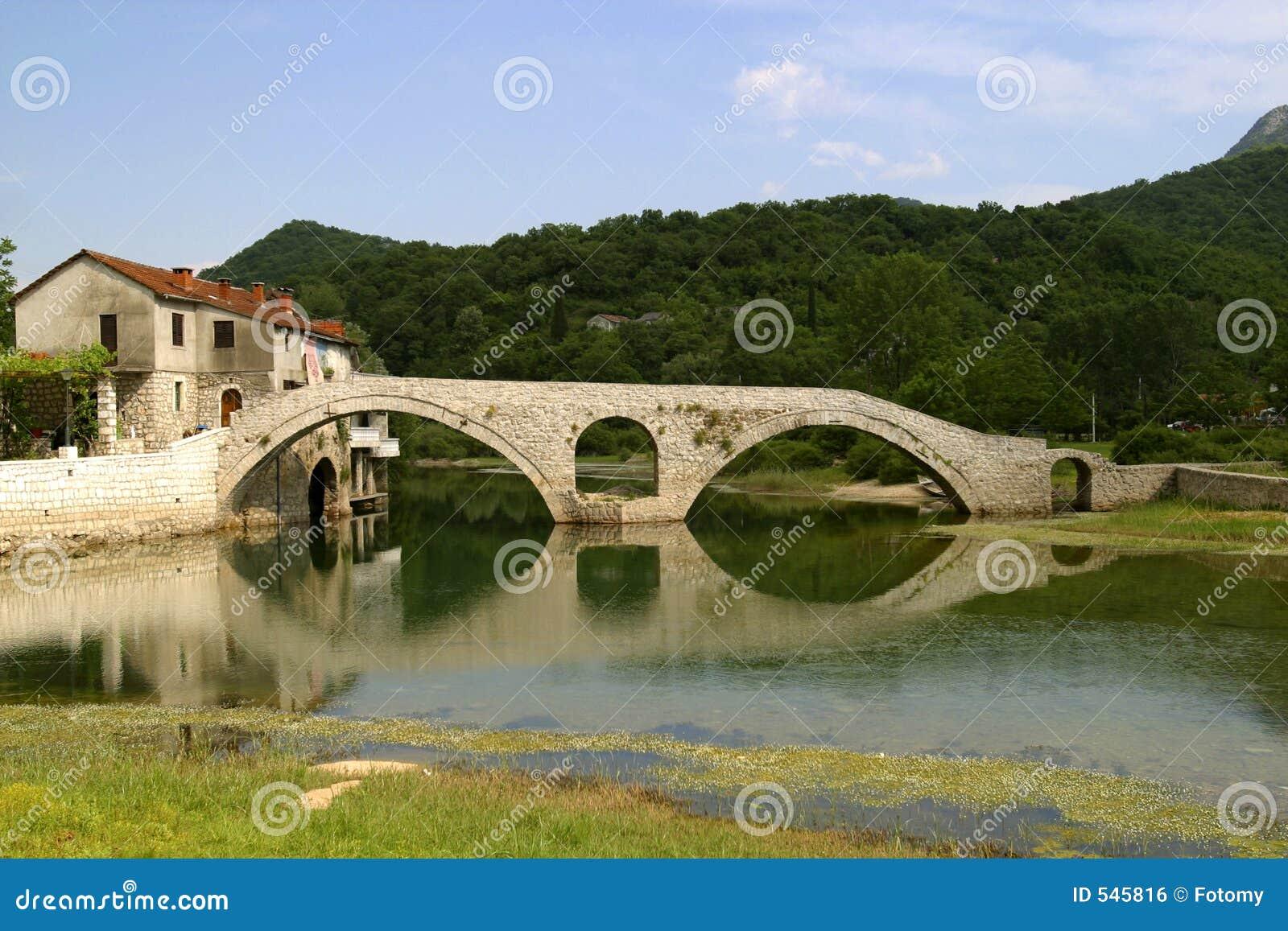 Apedreje a ponte em Montenegro