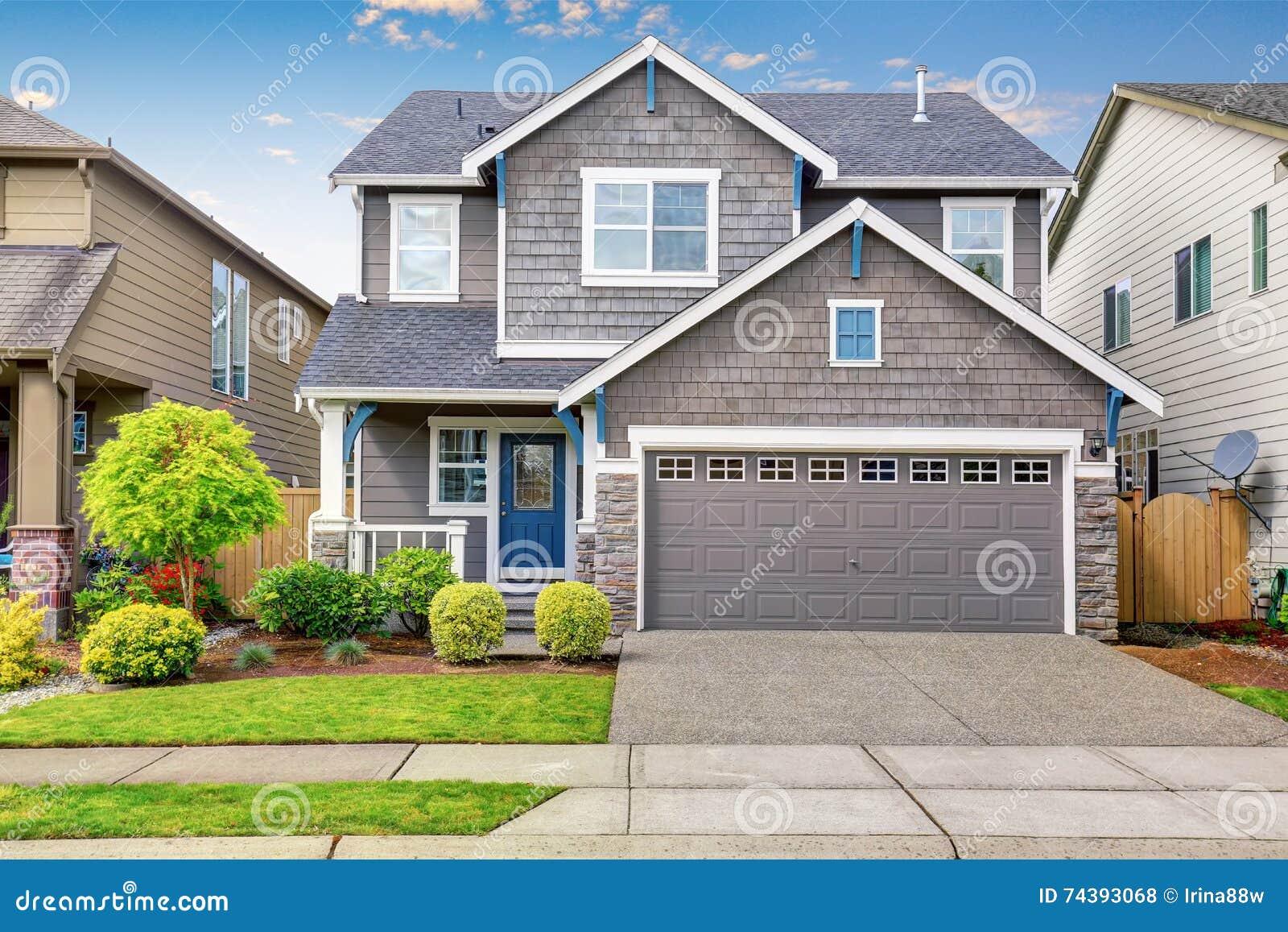 Apelação agradável do freio da casa de dois níveis, da pintura exterior do mocha e da entrada de automóveis concreta