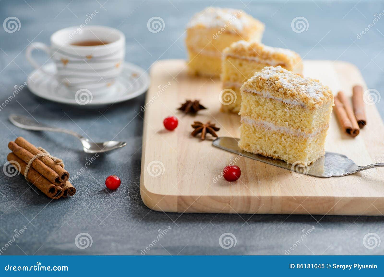 Apelmace Napoleon, la pasta de hojaldre, la rebanada de la vainilla o la rebanada de las natillas, adornada con el arándano