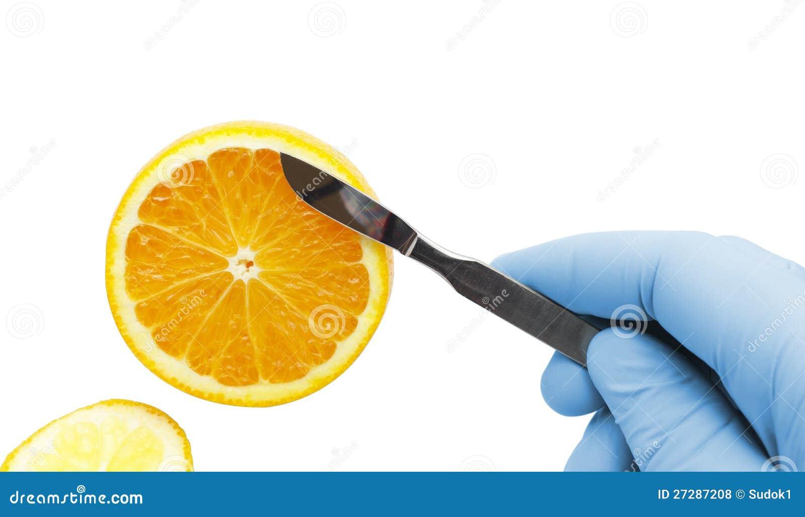 Apelsin på spetsen av en skalpell. begreppet av medicin som är sunt äter
