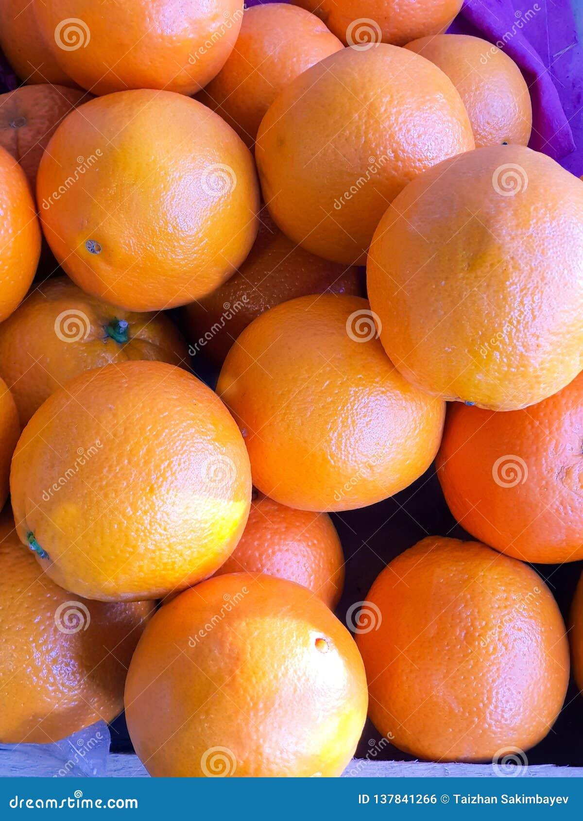 Apelsiner i marknaden close upp