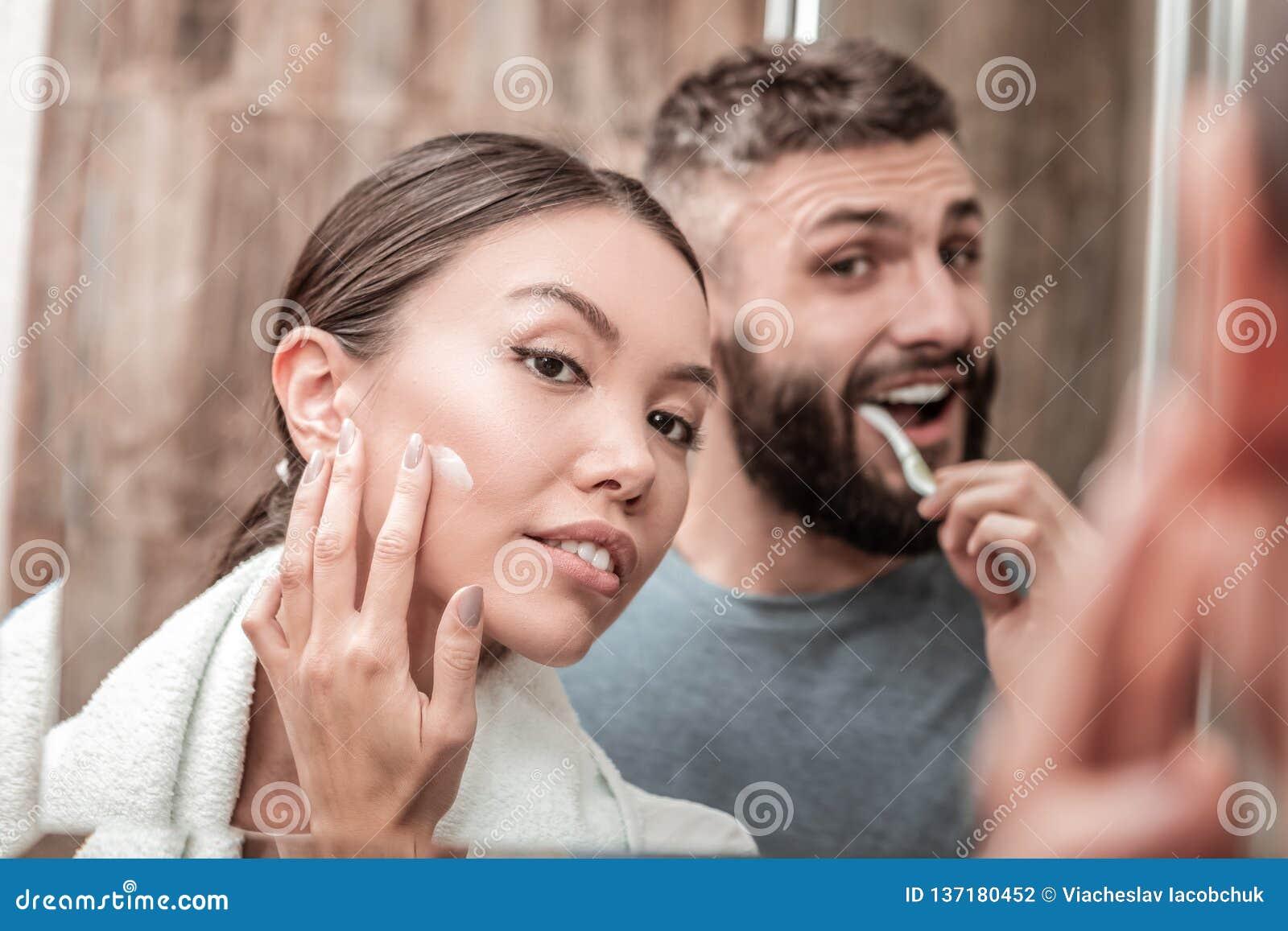 Apenas casal que aprecia seu tempo no banheiro junto