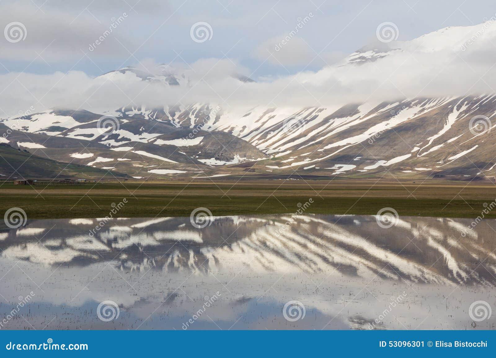 Apennines-Landschaften mit Wasser