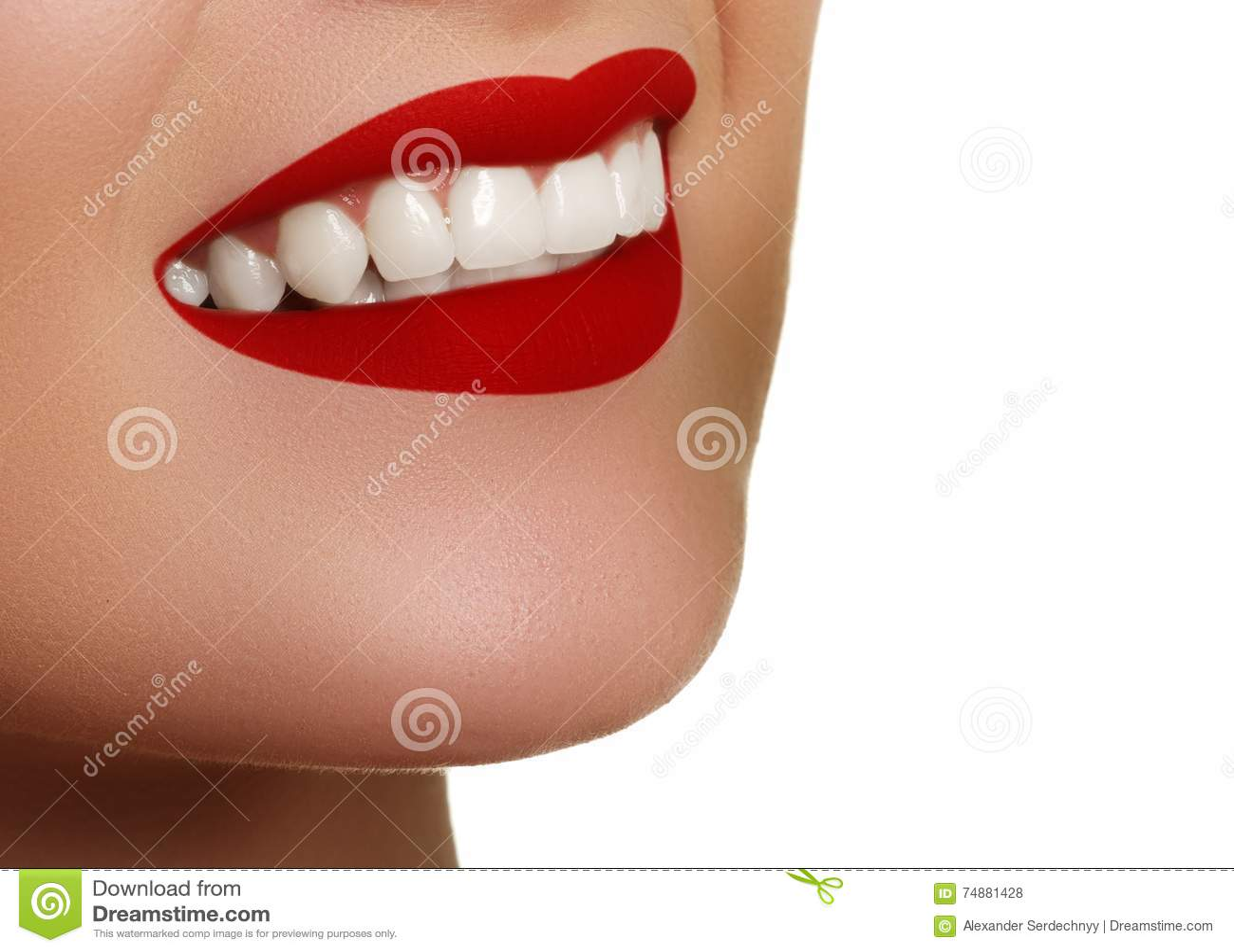 Aperfeiçoe o sorriso após o descoramento Dentes dos cuidados dentários e do alvejante