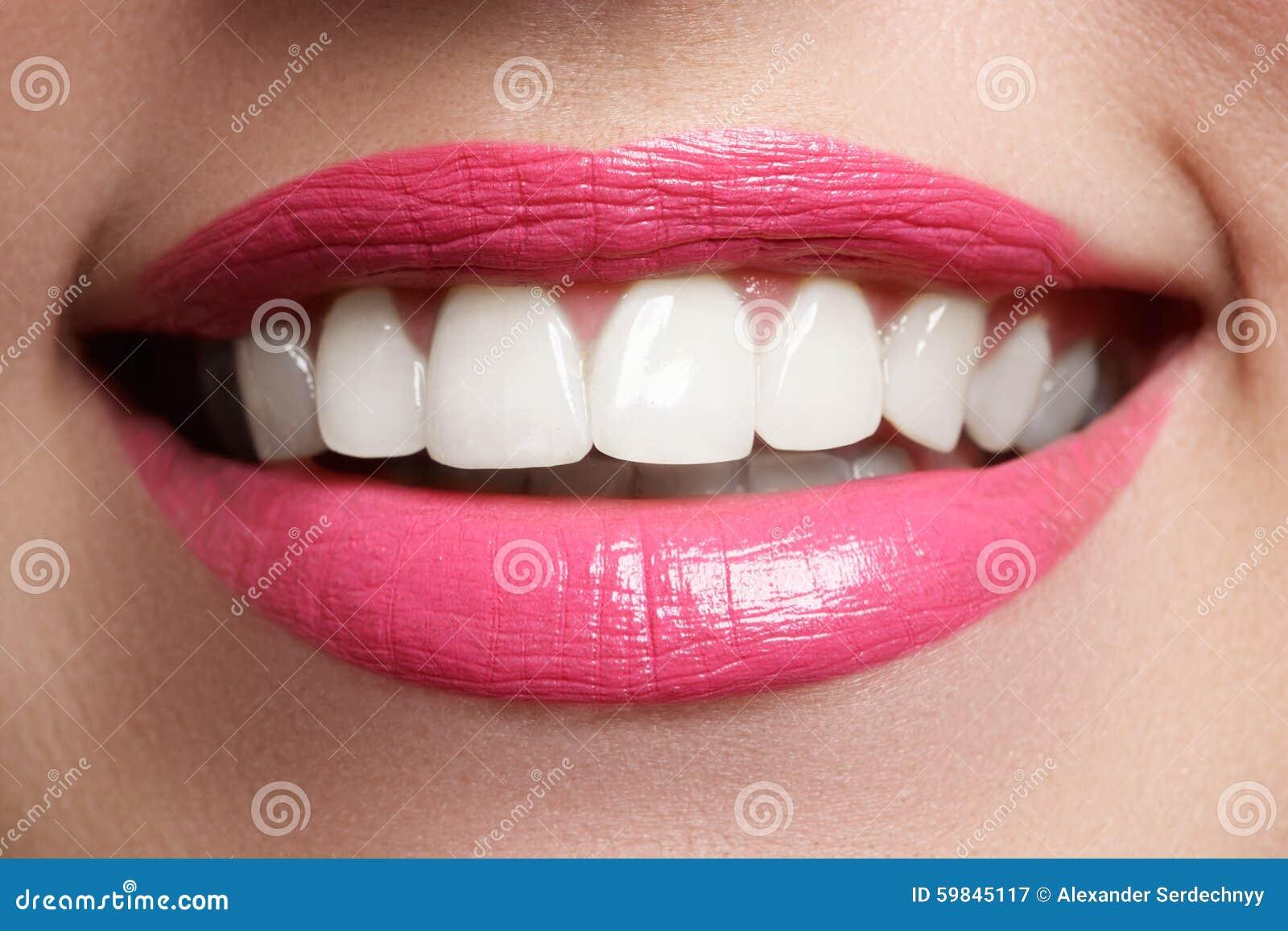 Aperfeiçoe o sorriso após o descoramento Dentes dos cuidados dentários e do alvejante Sorriso da mulher com grandes dentes Close-
