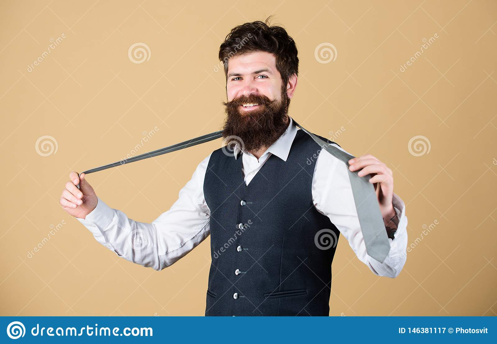 Aperfei?oe o la?o Homem elegante Gravata farpada da terra arrendada do homem Indivíduo brutal que veste a roupa elegante elegante