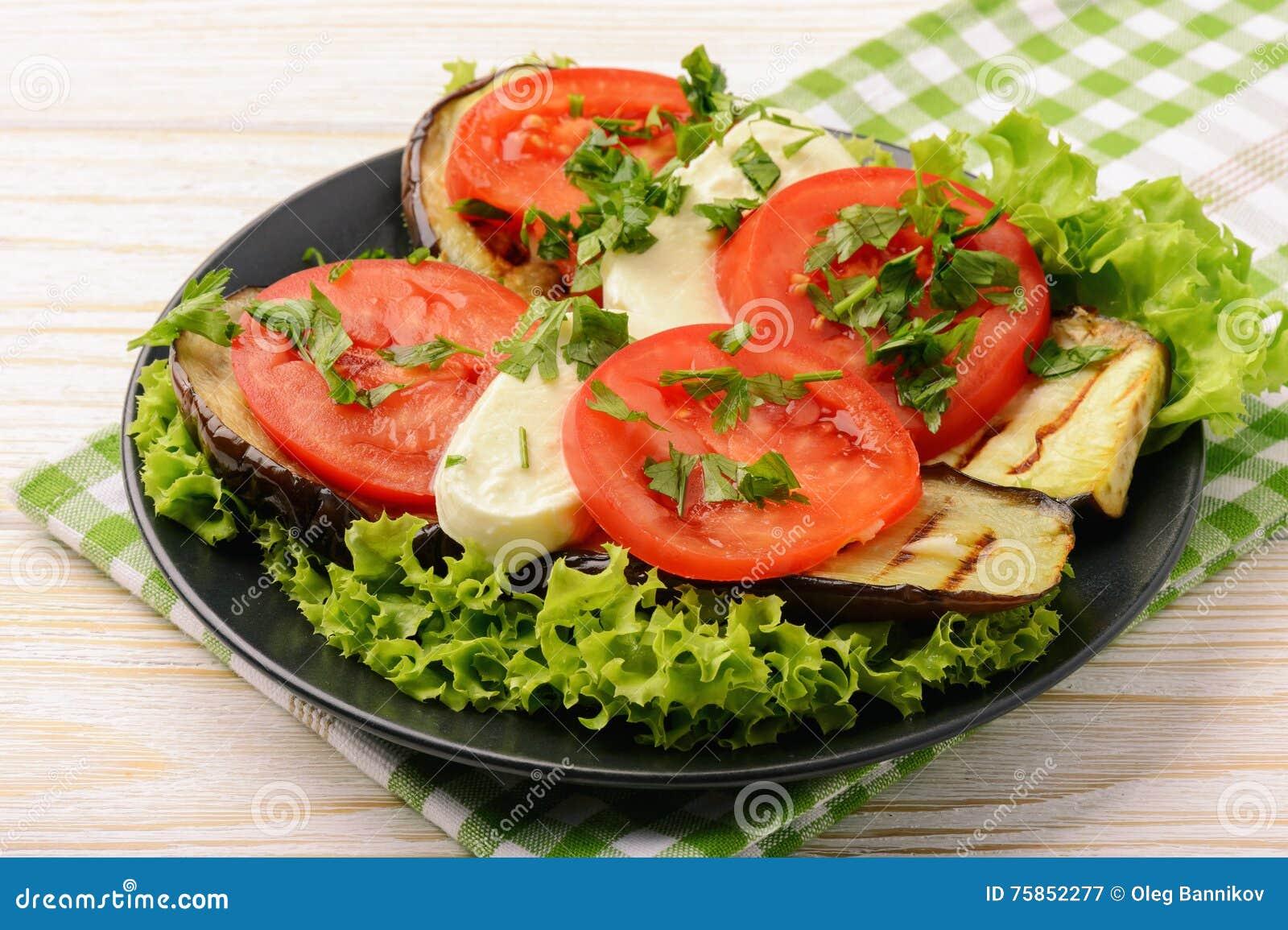 Aperitivo - berenjenas asadas a la parrilla con la mozzarella y los tomates